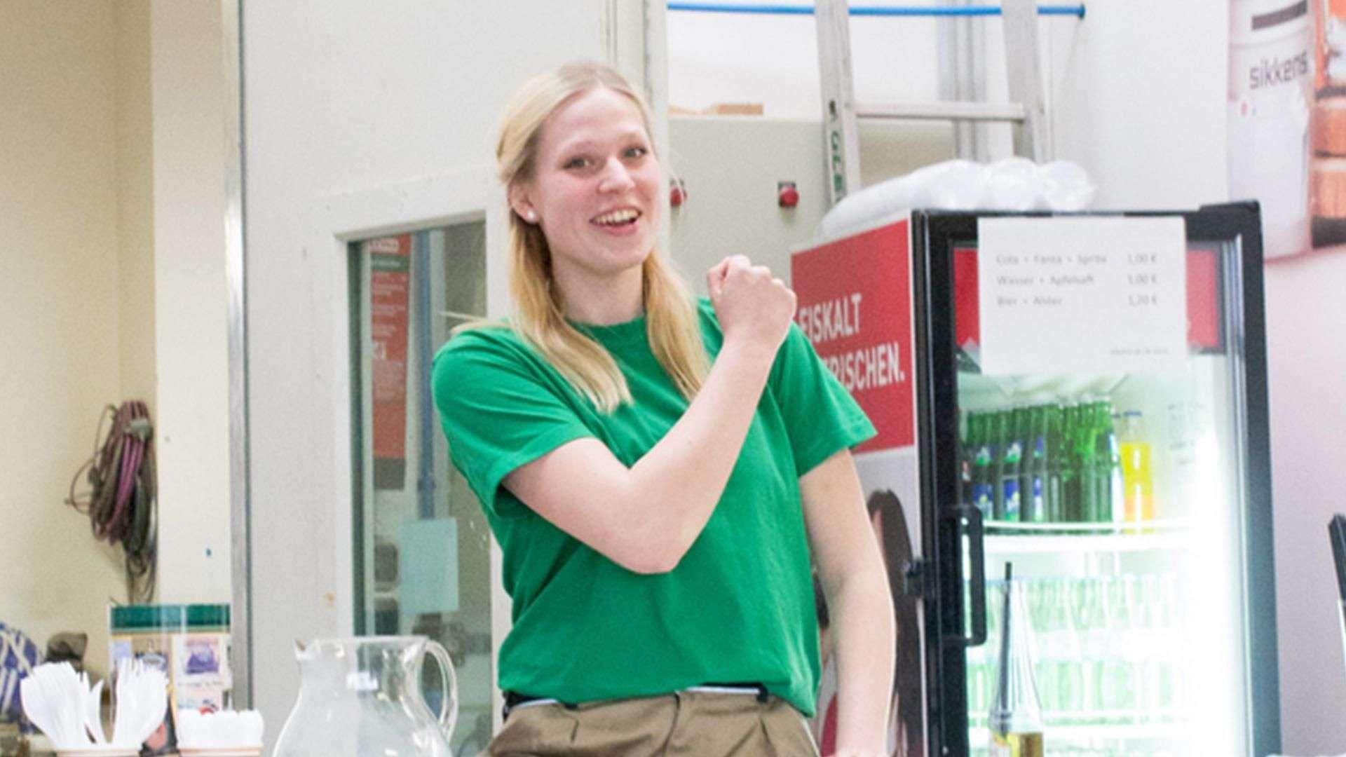 Frau in der Ausstellung der Tischlerei Gleue in Lindwedel freut sich