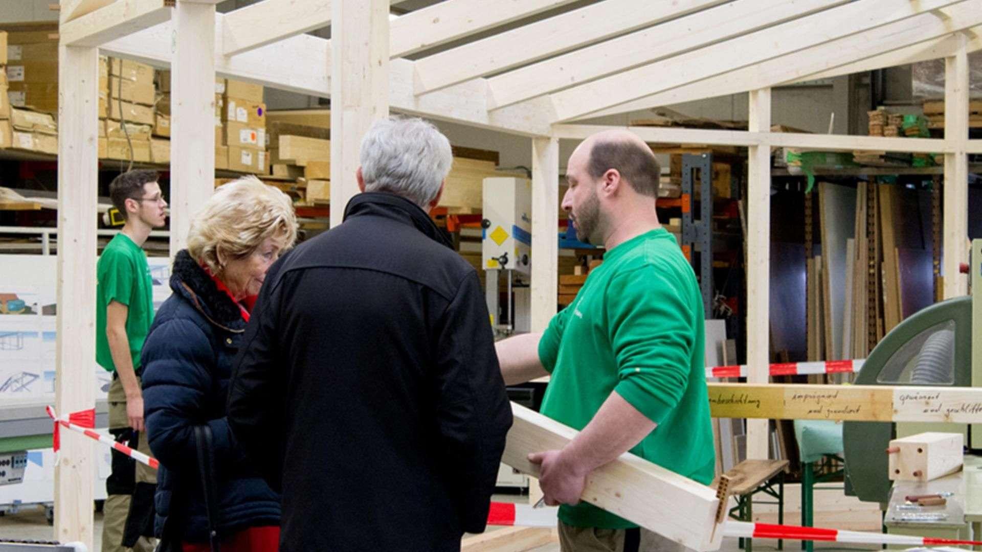 vier Personen in der Produktion der Tischlerei Gleue in Lindwedel