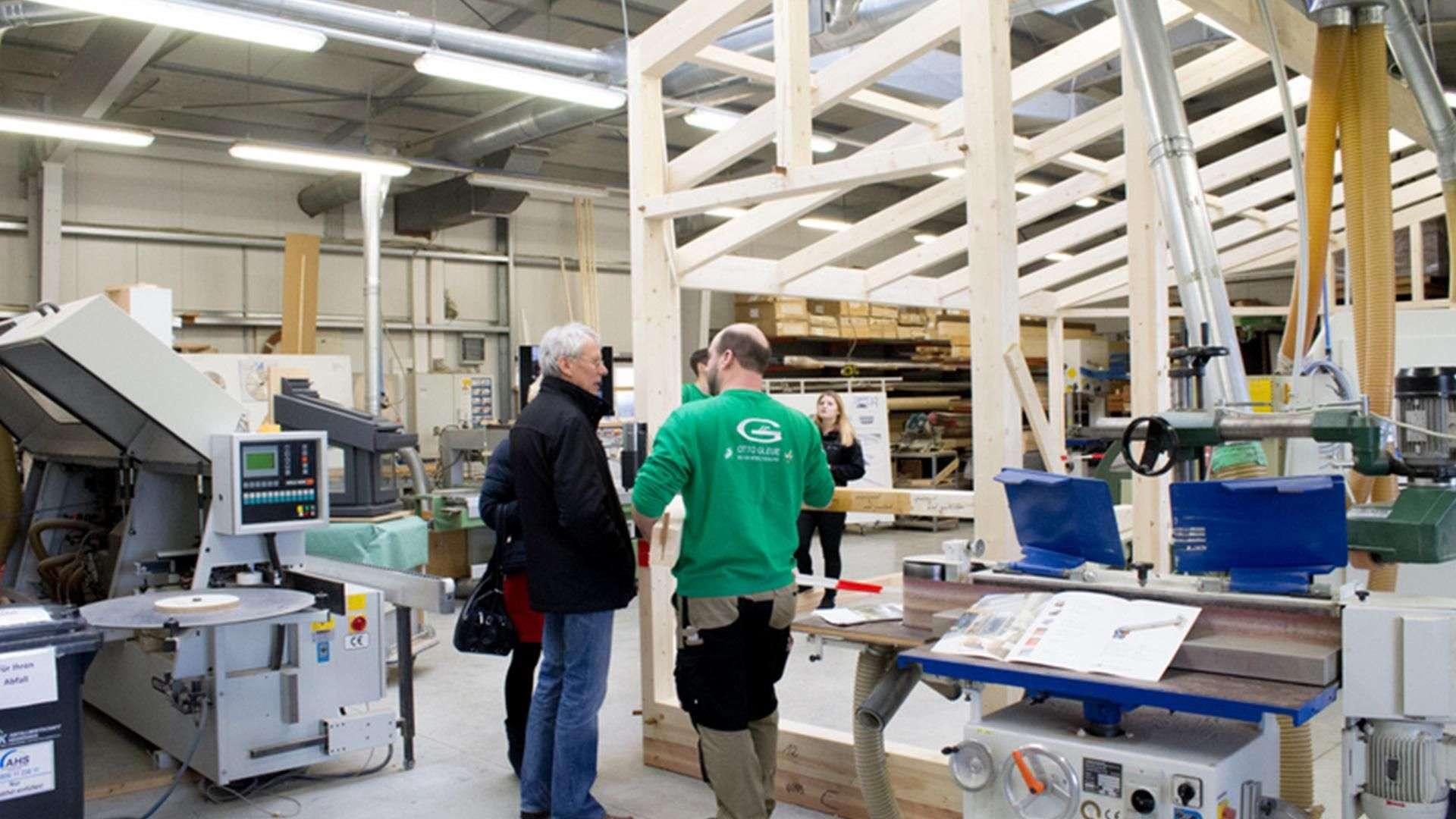 drei Personen in der Produktion der Tischlerei Gleue in Lindwedel