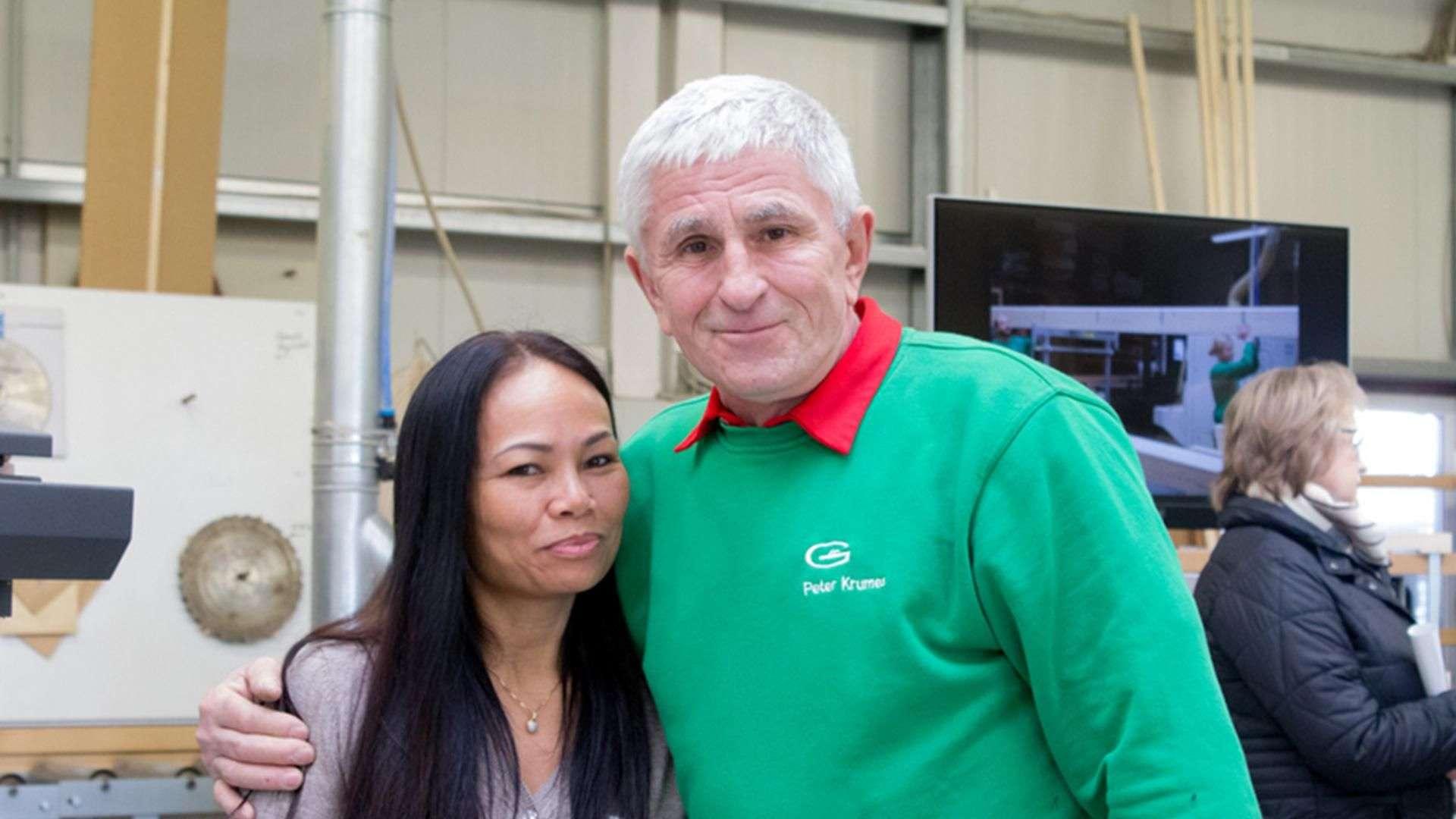 zwei Personen Arm in Arm in der Produktion der Tischlerei Gleue in Lindwedel