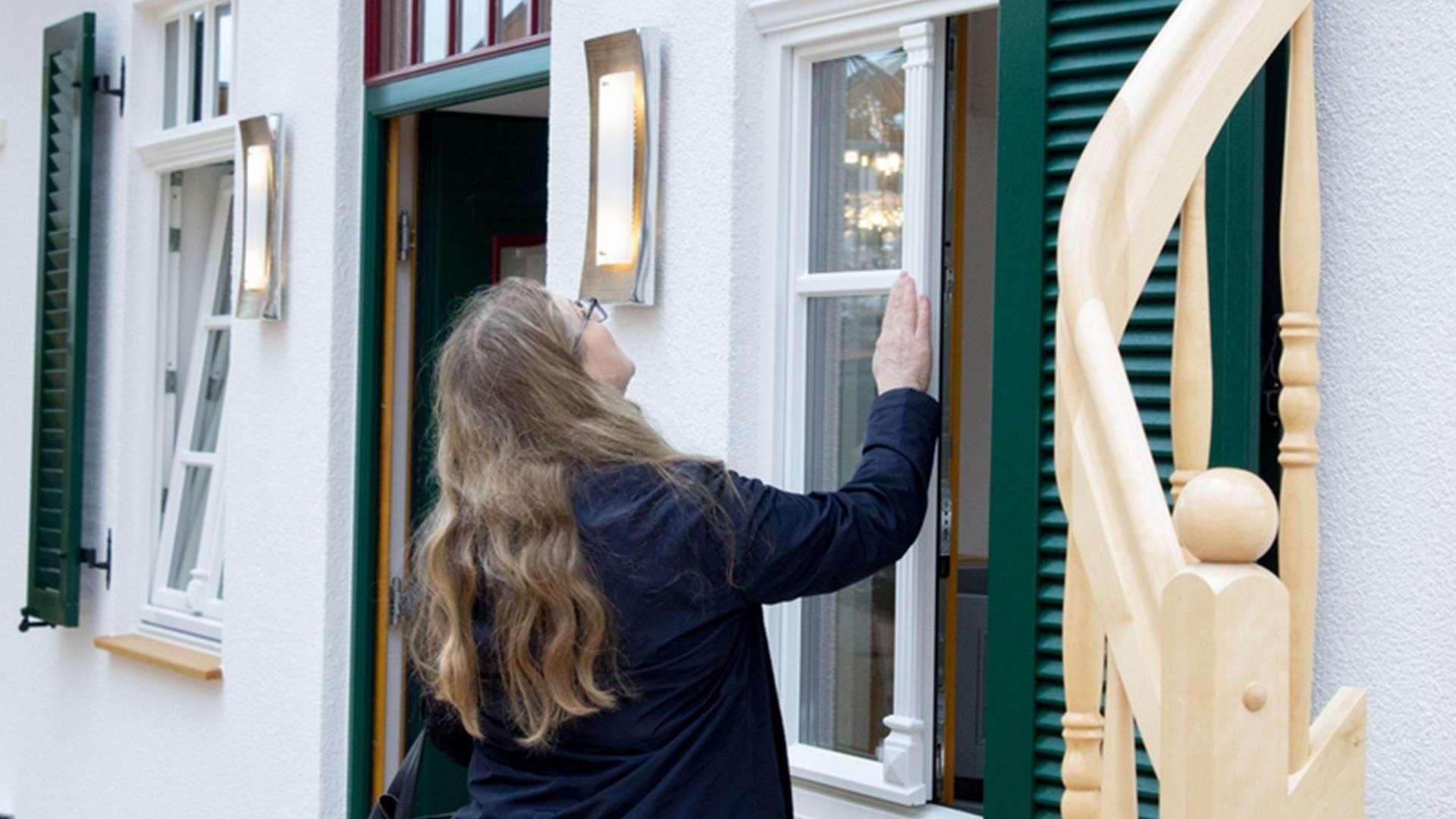 Frau begutachtet Fenster in der Ausstellung der Tischlerei Gleue in Lindwedel