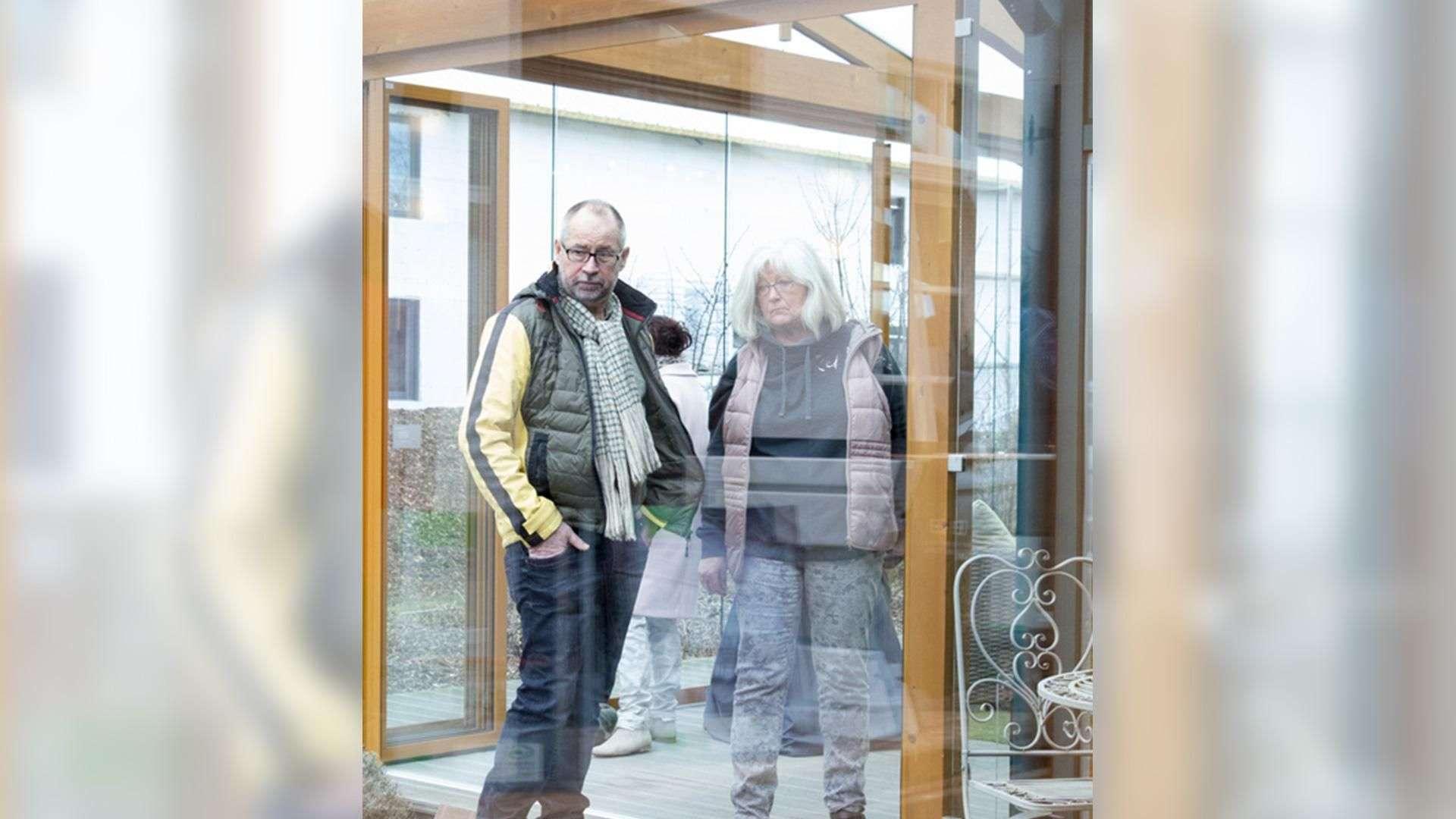 Pärchen in einem Wintergarten in der Ausstellung der Tischlerei Gleue in Lindwedel
