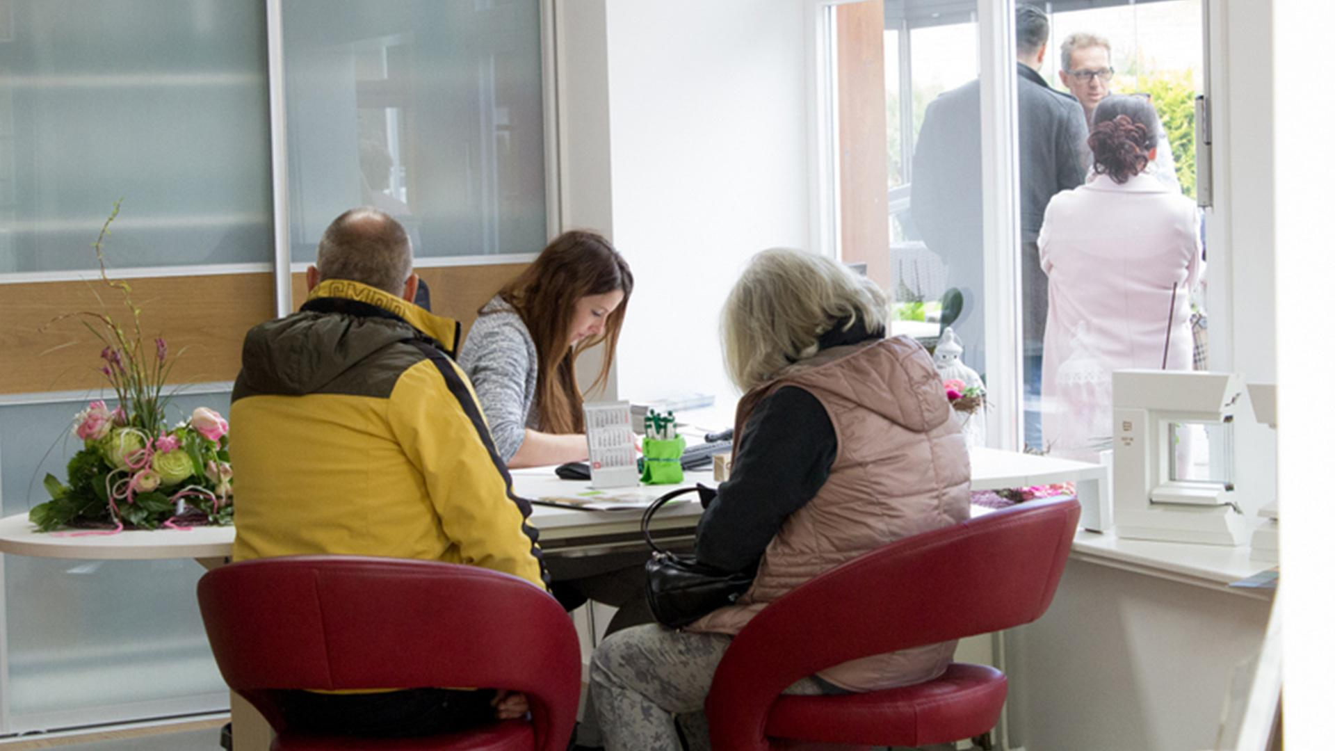 zwei Personen bei der Beratung bei Josefine Heinsius in der Ausstellung der Tischlerei Gleue in Lindwedel