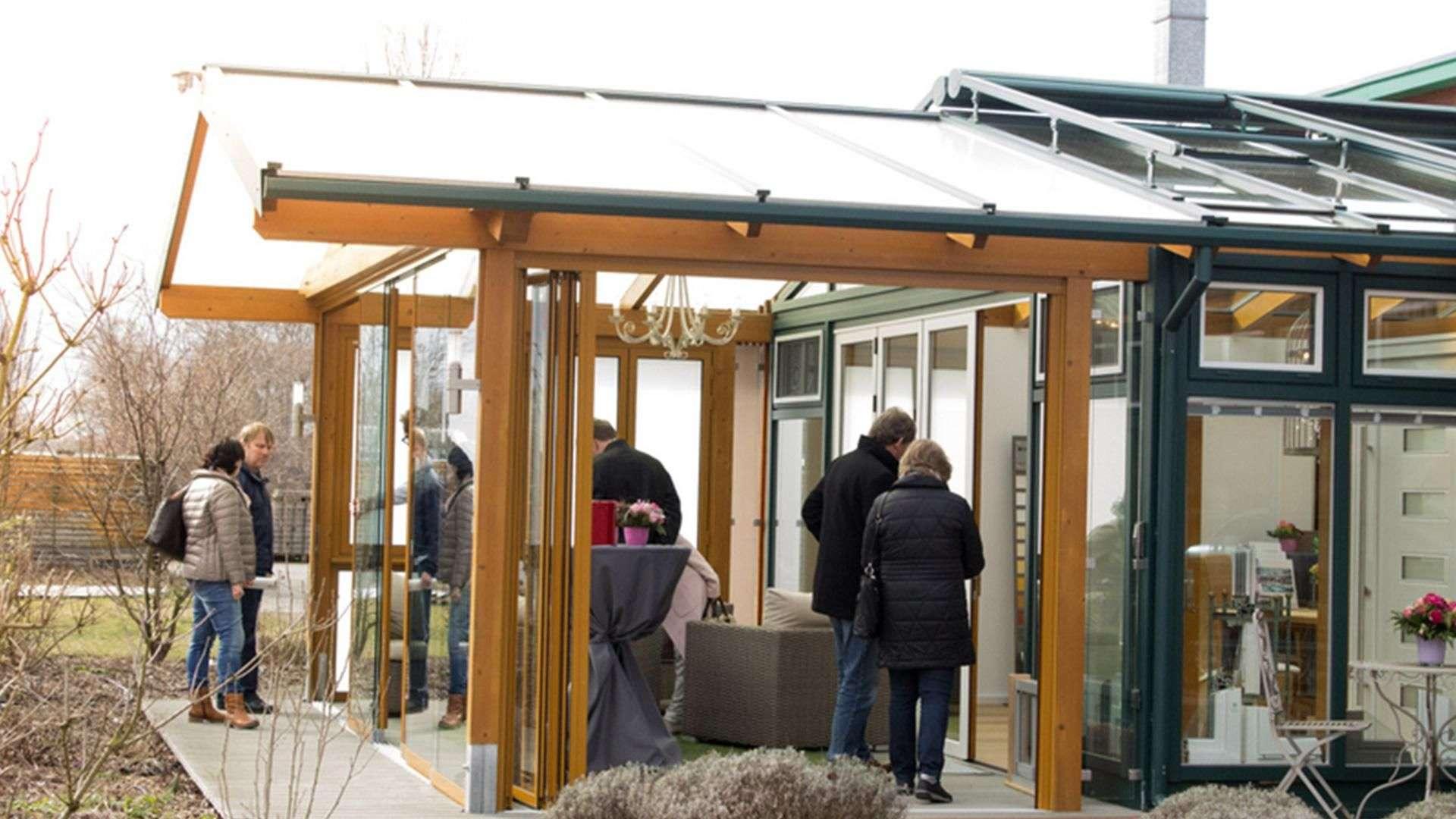 mehrere Personen in einem Wintergarten in der Ausstellung der Tischlerei Gleue in Lindwedel