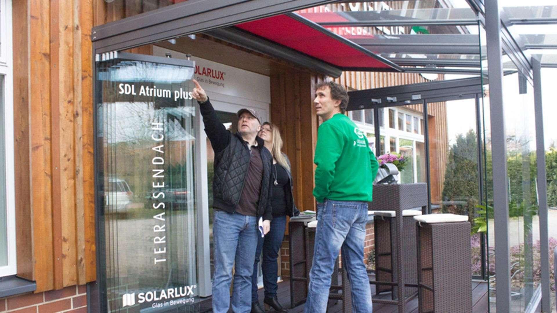 Otto Gleue berät zwei Personen in der Ausstellung der Tischlerei Gleue in Lindwedel