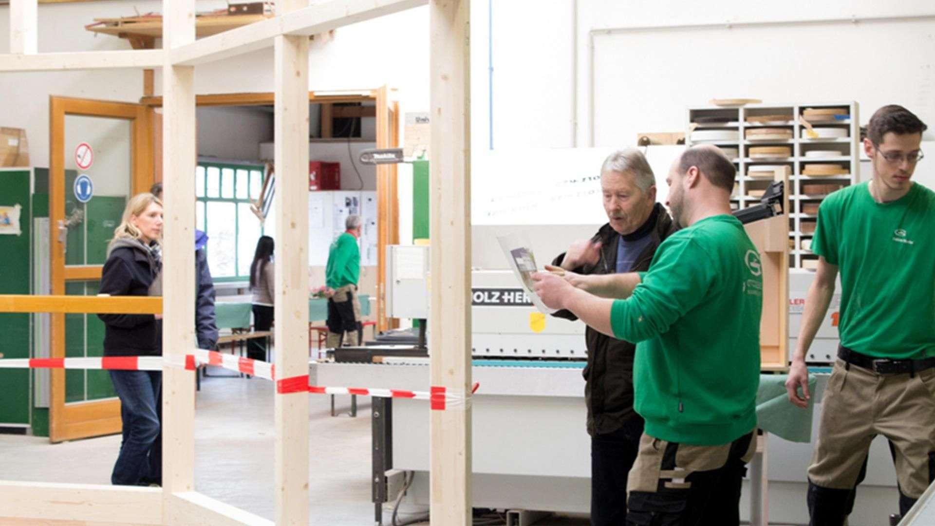 mehrer Personen und Mitarbeiter in der Ausstellung der Tischlerei Gleue in Lindwedel