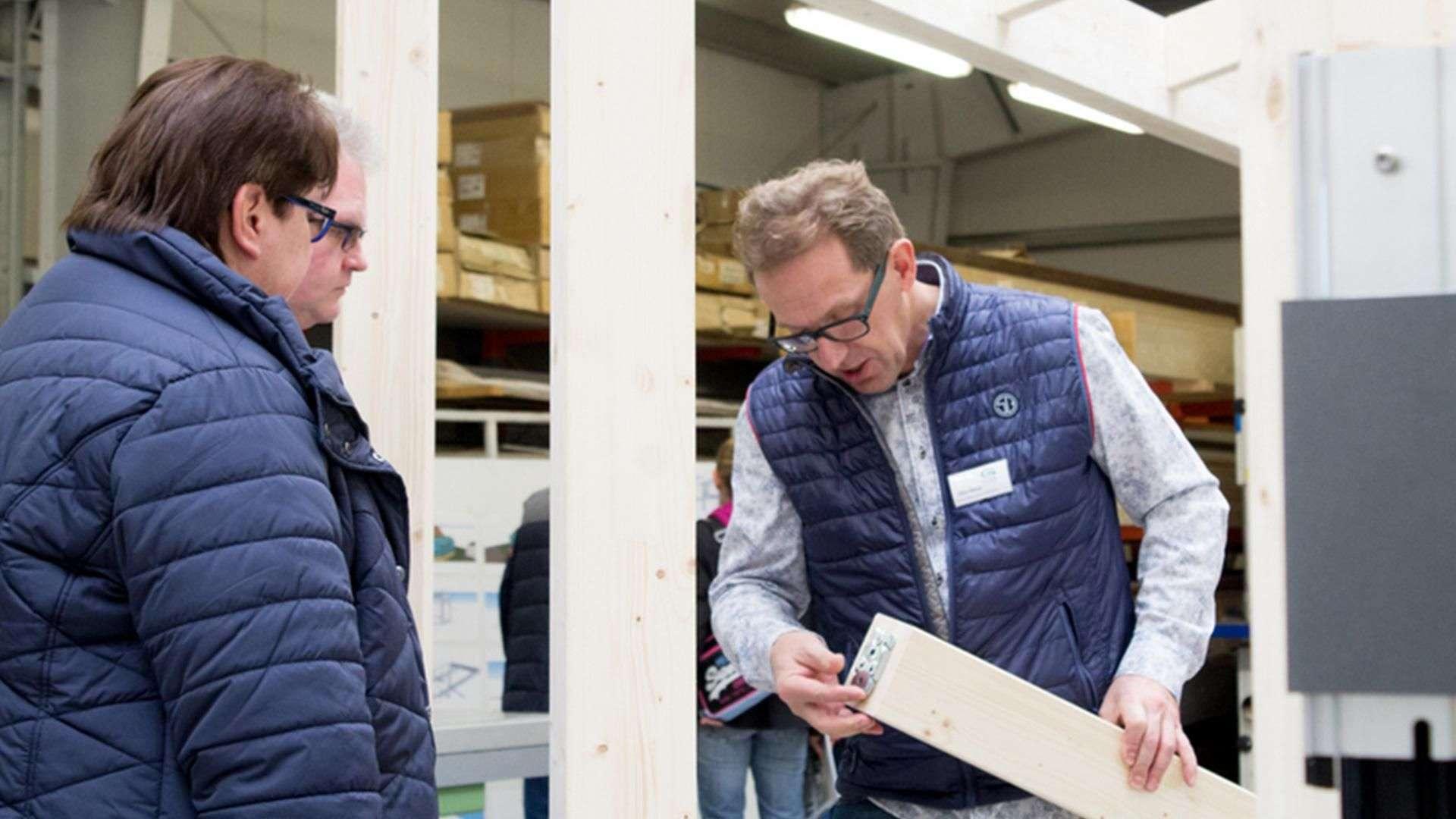 zwei Personen in der Produktion der Tischlerei Gleue in Lindwedel