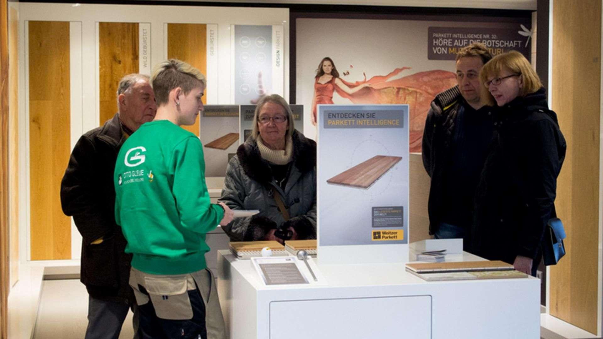 mehrere Personen in der Ausstellung der Tischlerei Gleue in Lindwedel