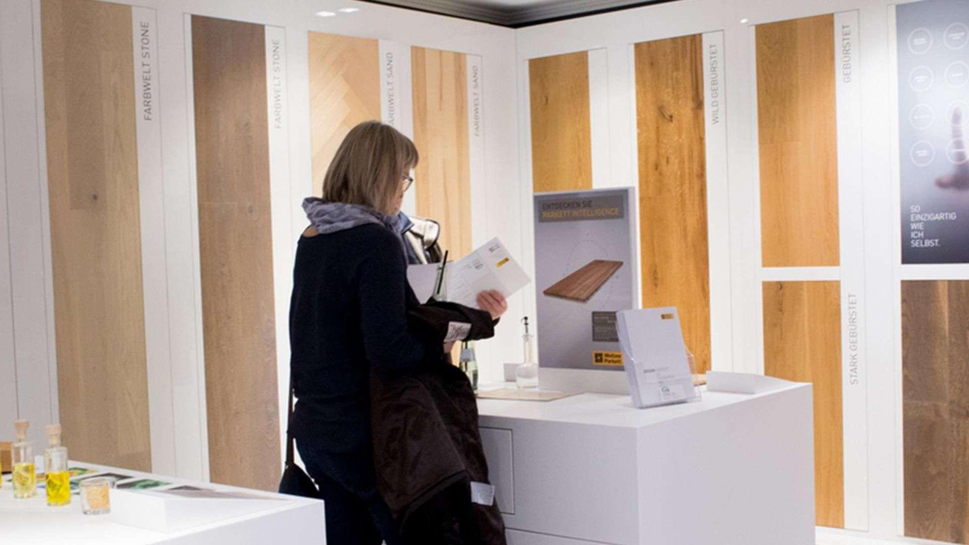 Frau in der Musterecke in der Ausstellung der Tischlerei Gleue in Lindwedel