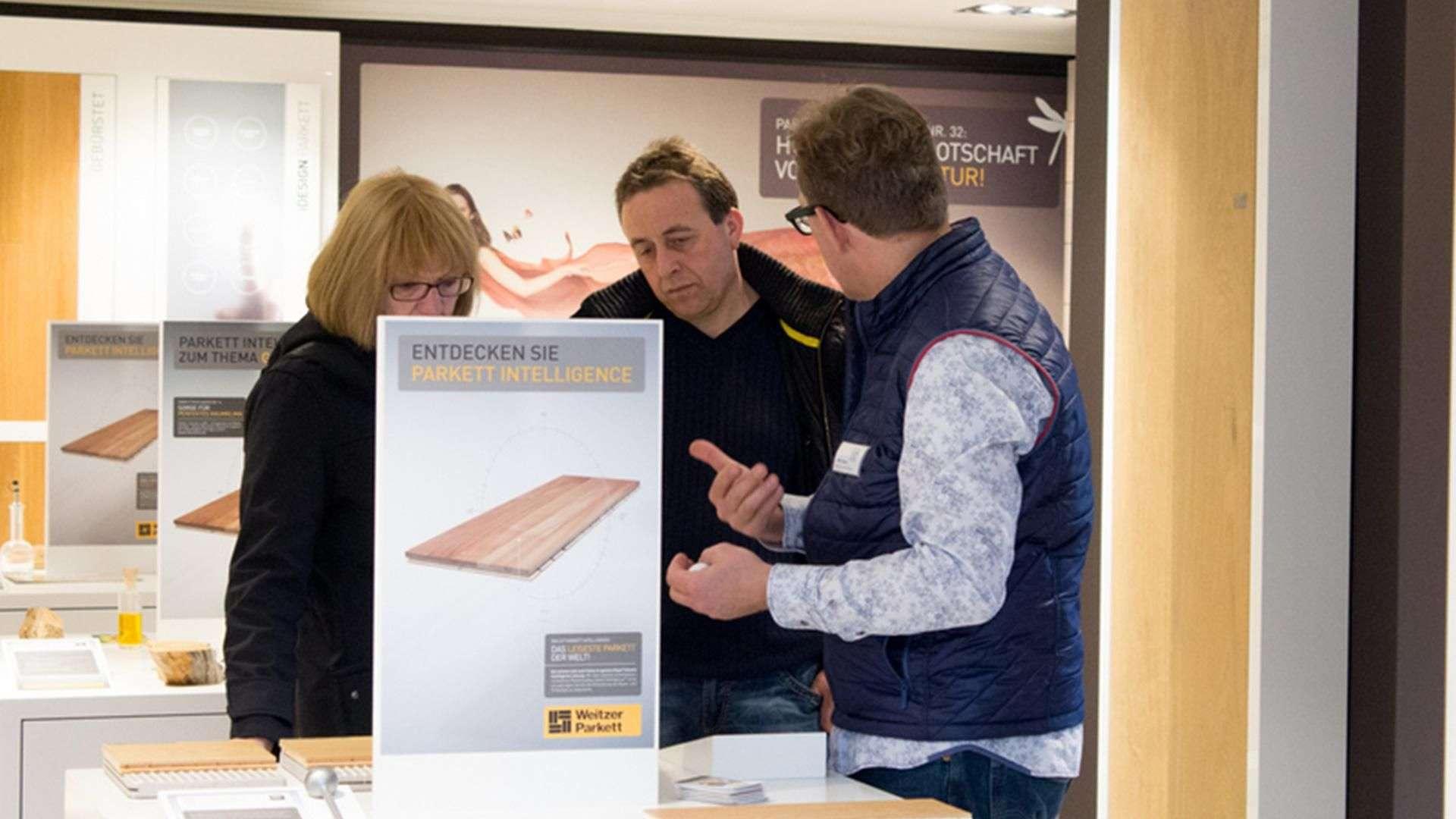 drei Personen in der Ausstellung der Tischlerei Gleue in Lindwedel