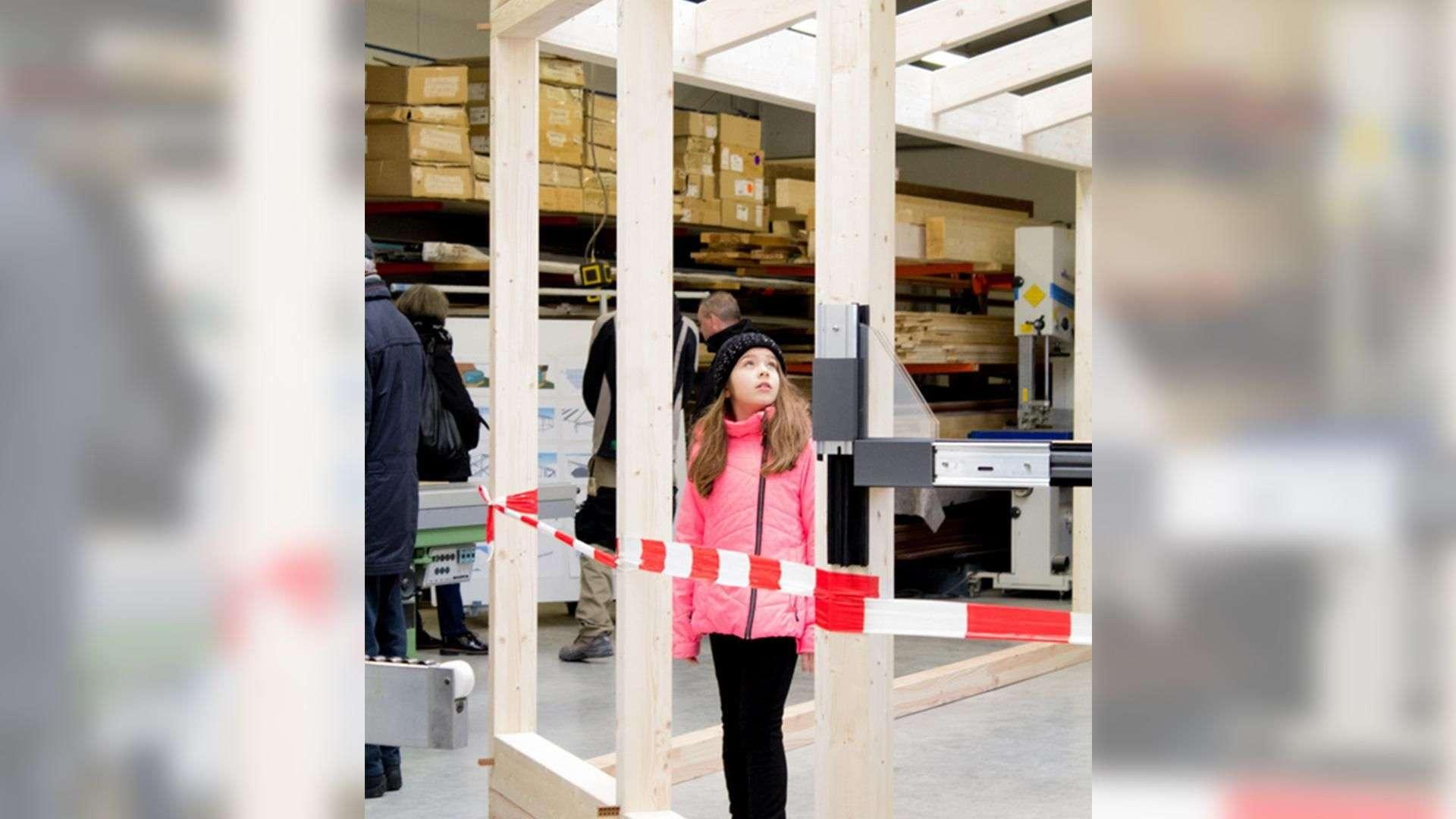 Mädchen in der Produktion der Tischlerei Gleue in Lindwedel