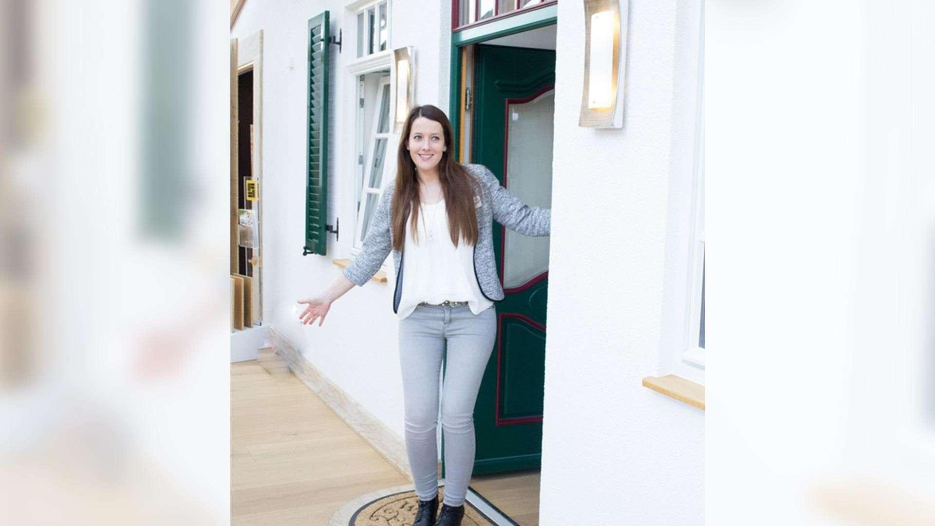 Frau guckt freudig aus einer Tür in der Ausstellung der Tischlerei Gleue in Lindwedel
