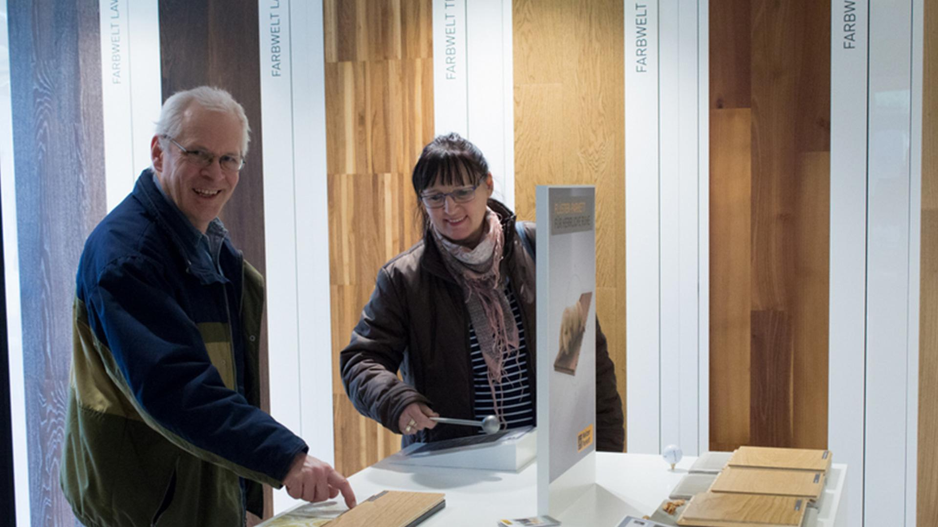 zwei Personen in der Ausstellung der Tischlerei Gleue in Lindwedel