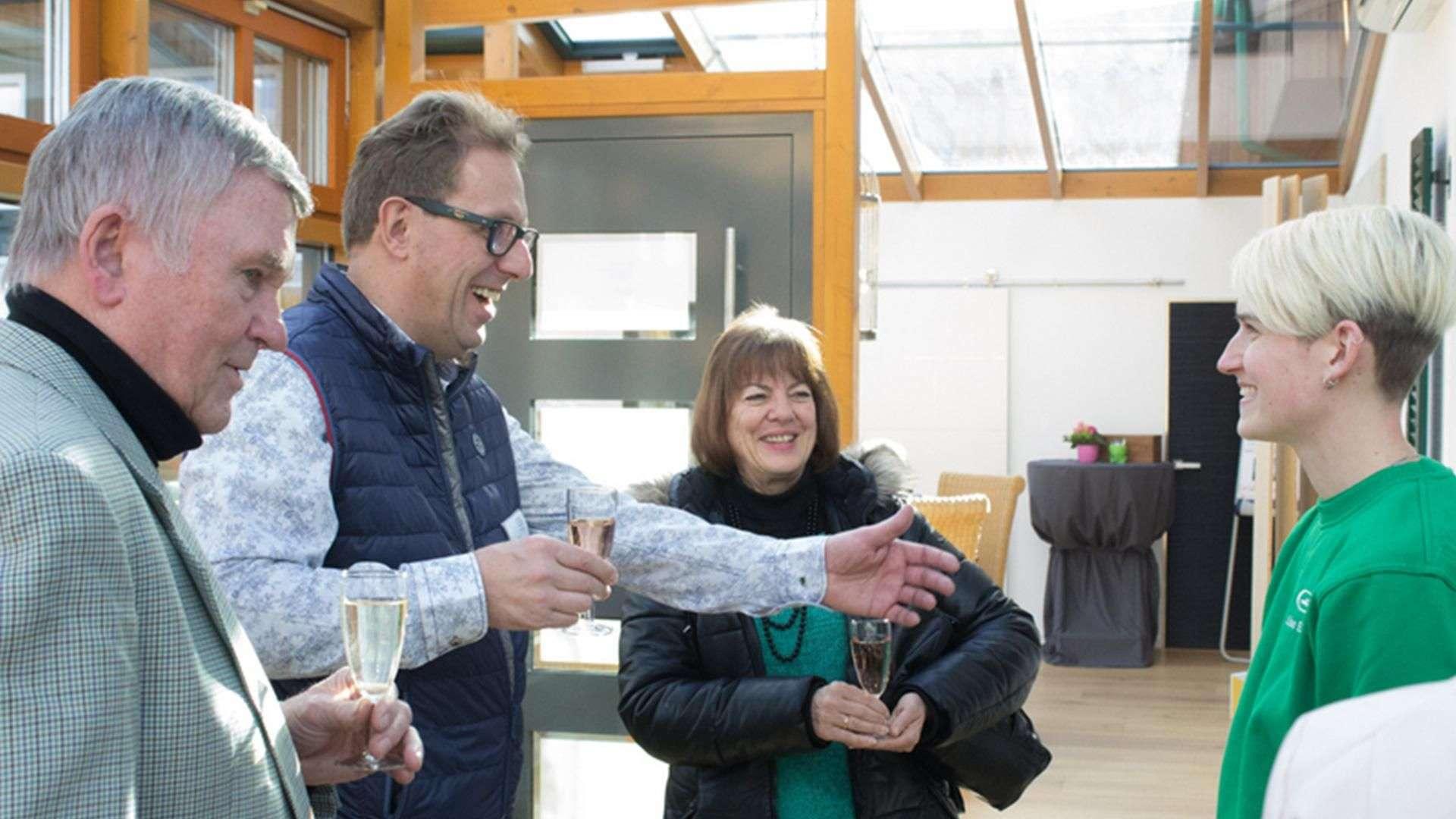 vier Personen in der Ausstellung der Tischlerei Gleue in Lindwedel