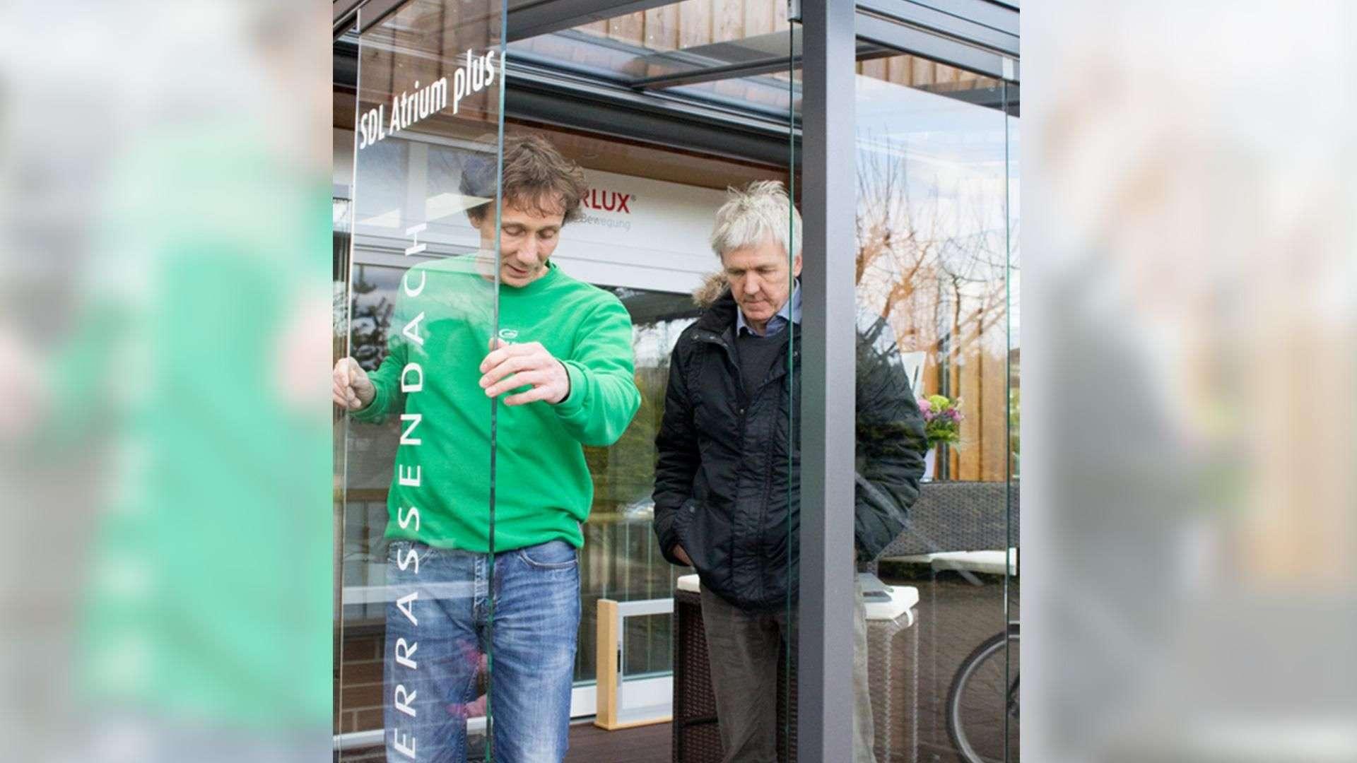 zwei Personen neben einen cero Schiebesystem in der Ausstellung der Tischlerei Gleue in Lindwedel