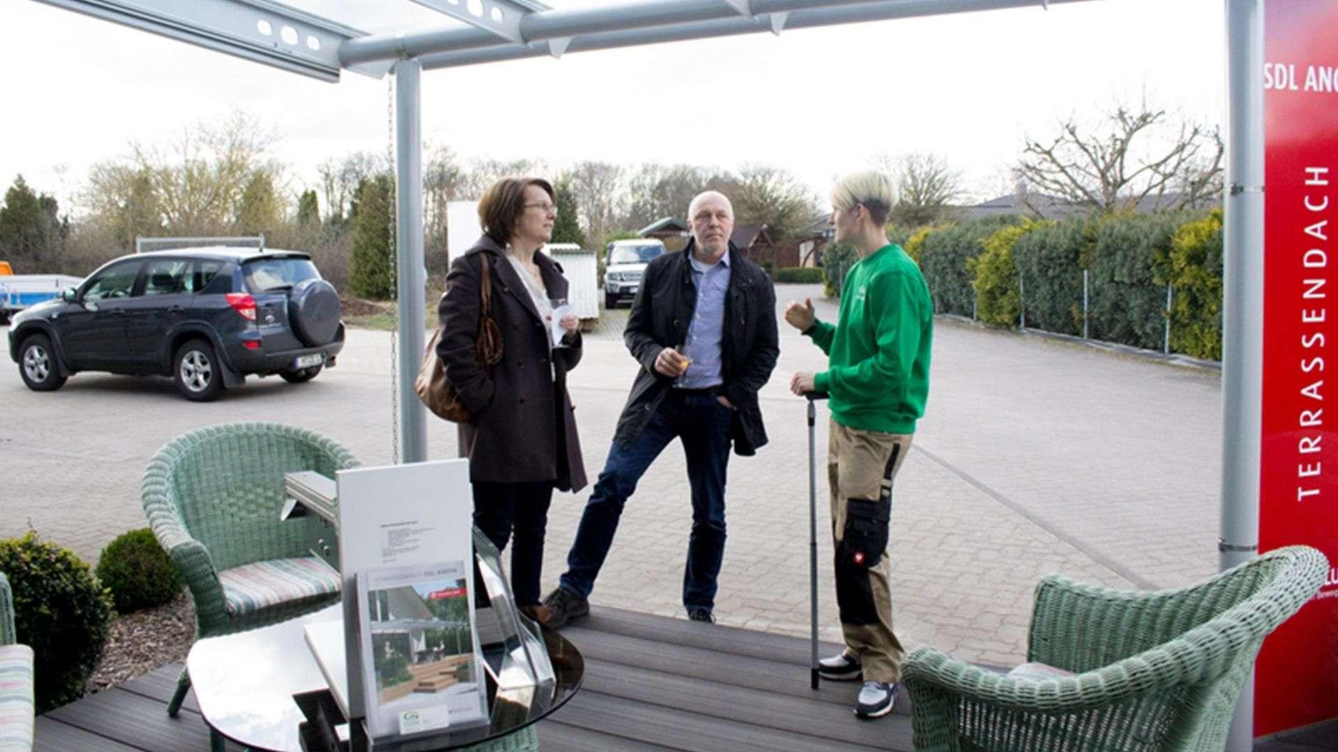 drei Personen im Eingangsbereich der Ausstellung der Tischlerei Gleue in Lindwedel