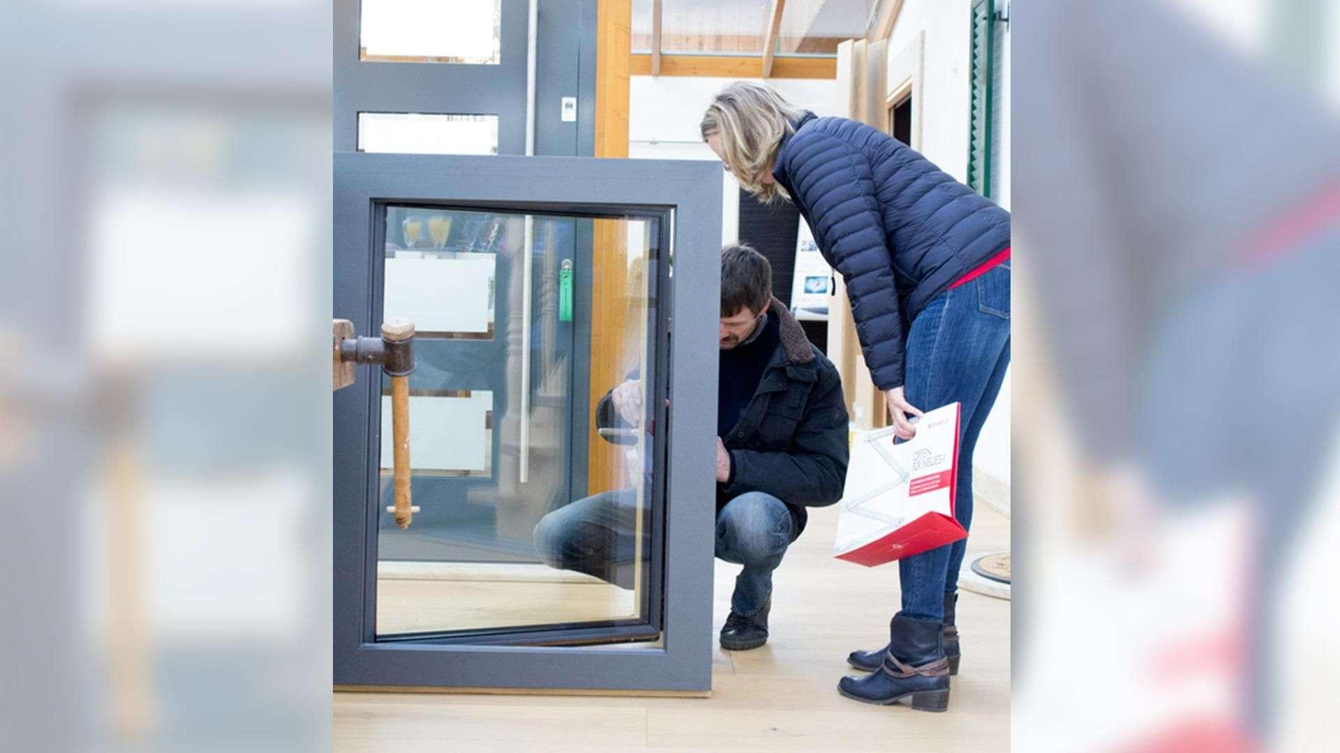 zwei Personen betrachten Fenster in der Ausstellung der Tischlerei Gleue in Lindwedel