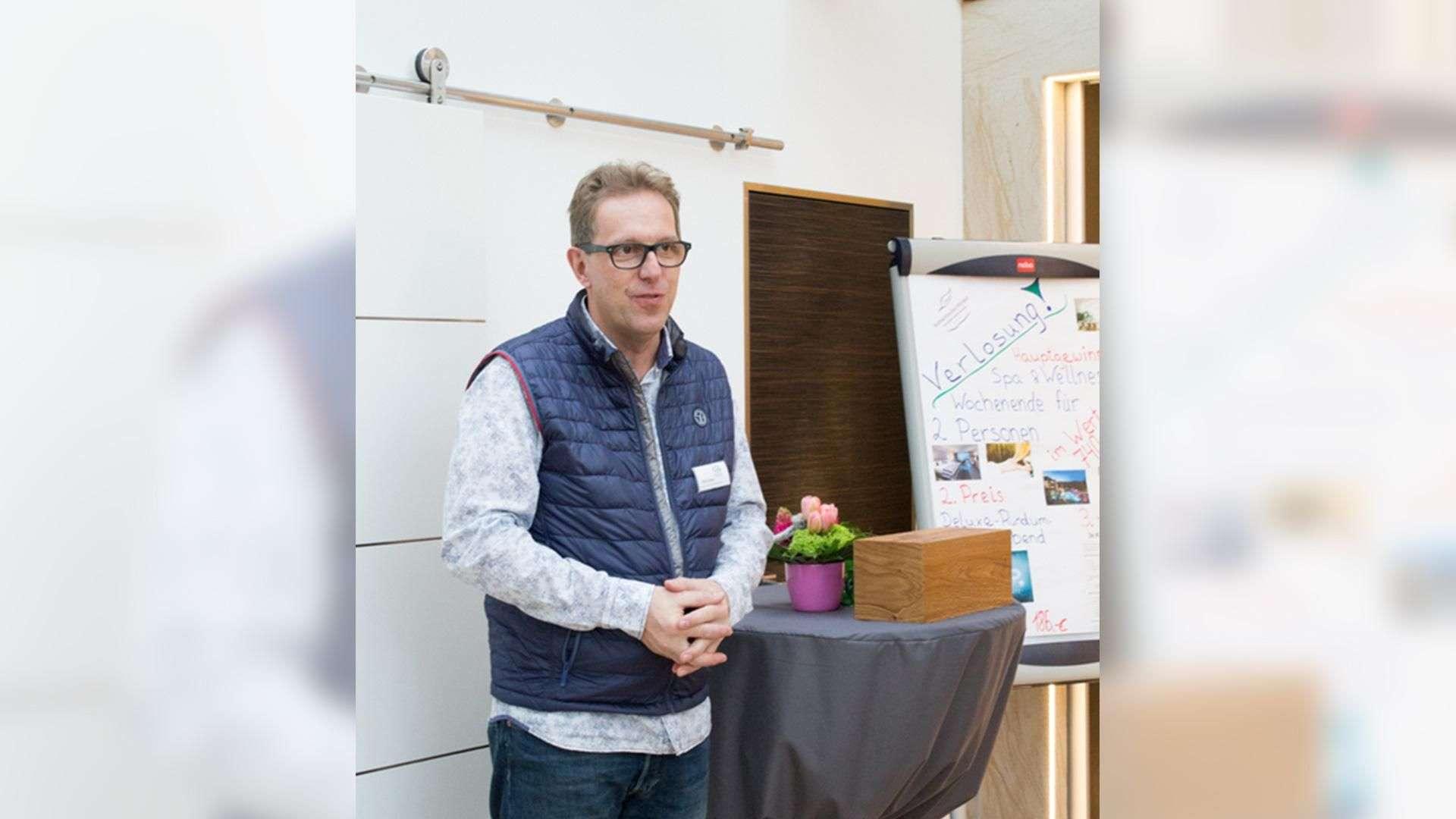 Mann steht neben einem Stehtisch in der Ausstellung der Tischlerei Gleue in Lindwedel