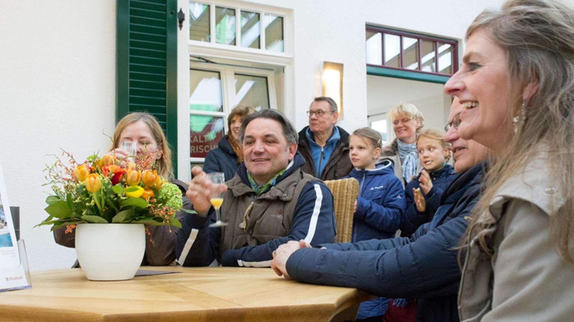 viele Personen bei einem Vortrag in der Ausstellung der Tischlerei Gleue in Lindwedel