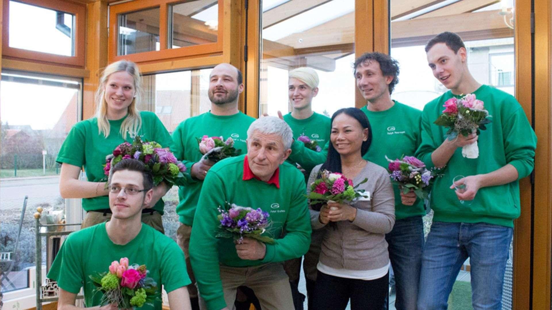 Gruppenbild der Mitarbeiter von Gleue in deren Ausstellung in Lindwedel