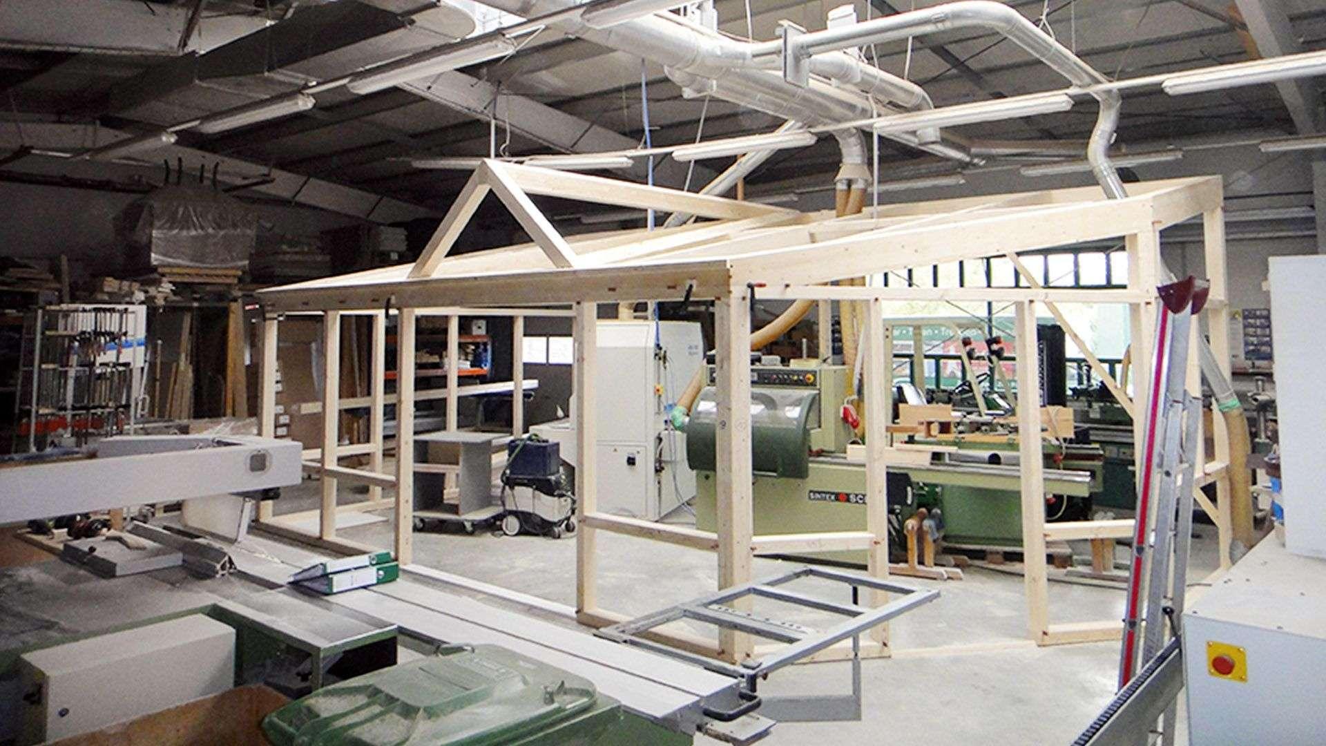 Produktion der Tischlerei Gleue in der gerade ein Wintergarten aus Holz gebaut wird