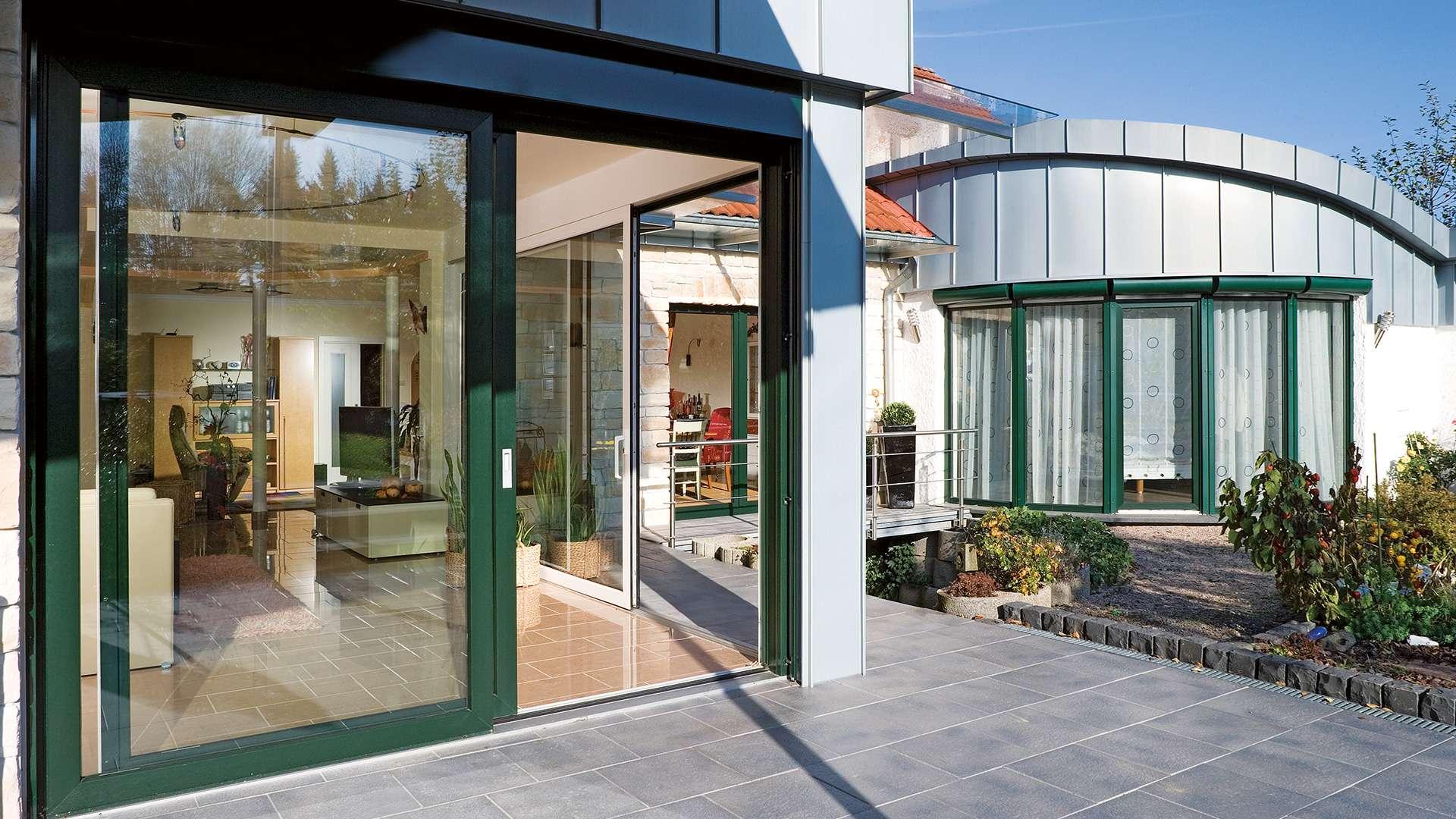 Haus mit bodentiefen Schiebefenstern