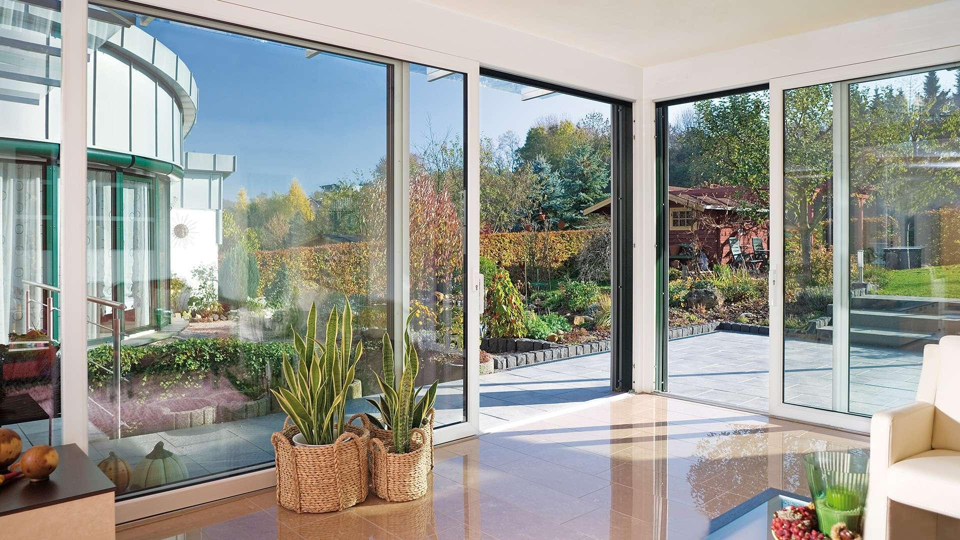 Wohnzimmer mit bodentiefen Schiebefenstern zur Terrasse
