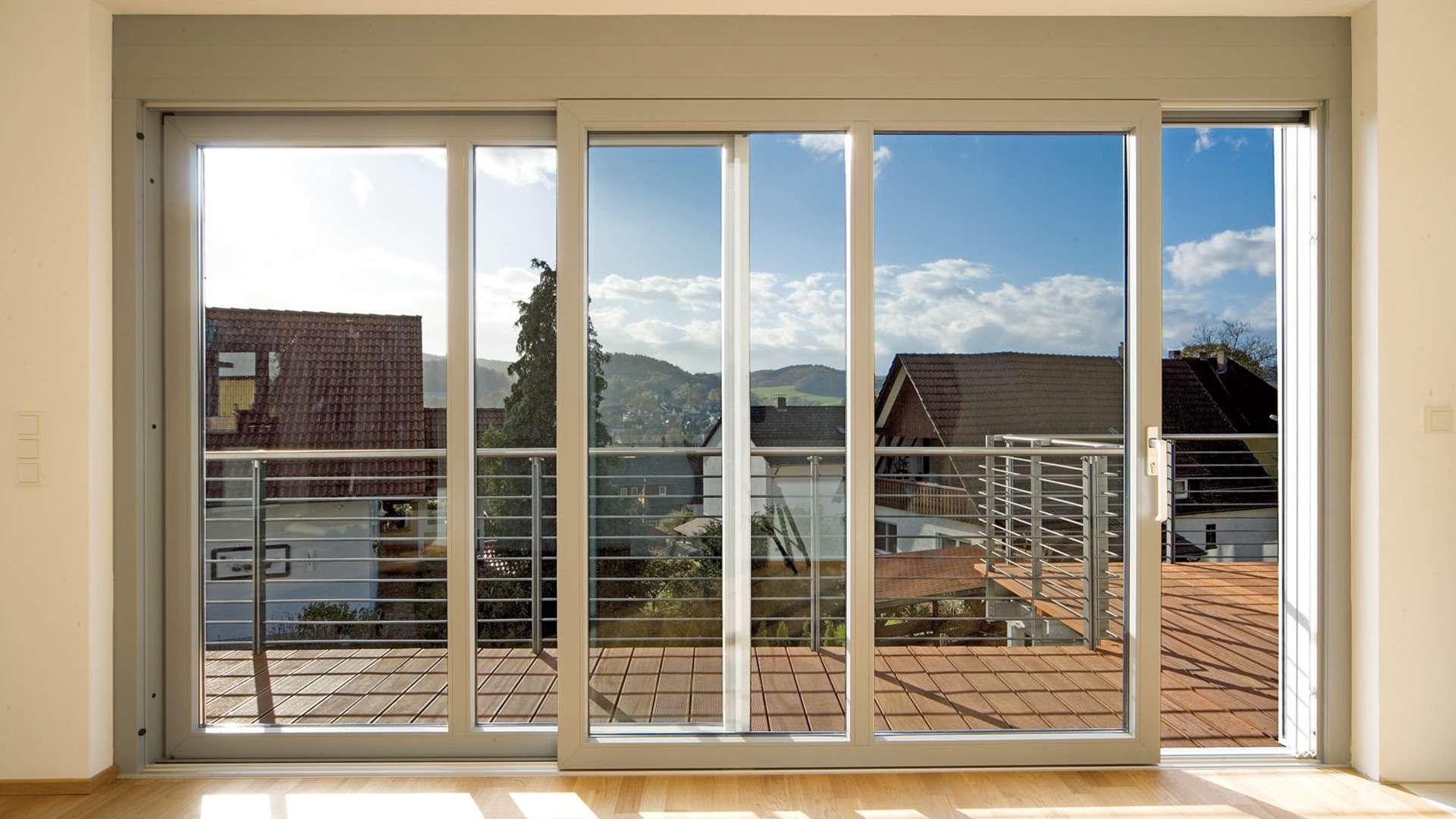 bodentiefe Schiebetüren zu einem Balkon