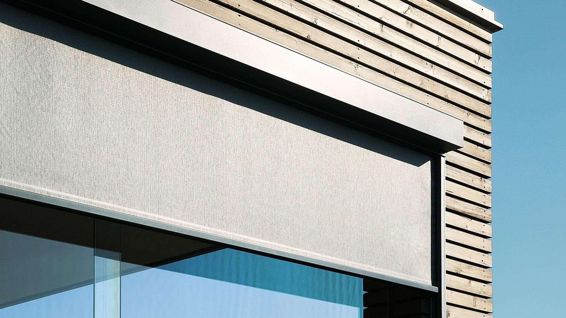 Nahansicht einer Fensterecke mit Markise davor