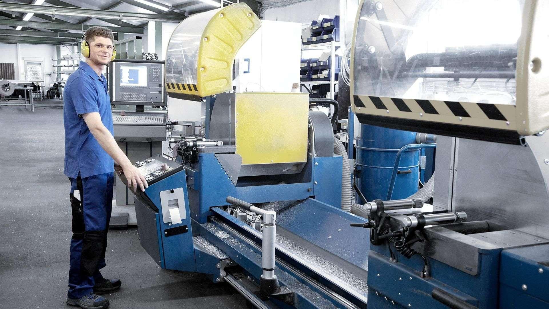 Mitarbeiter bedient eine Maschine in der Produktion von Höfler