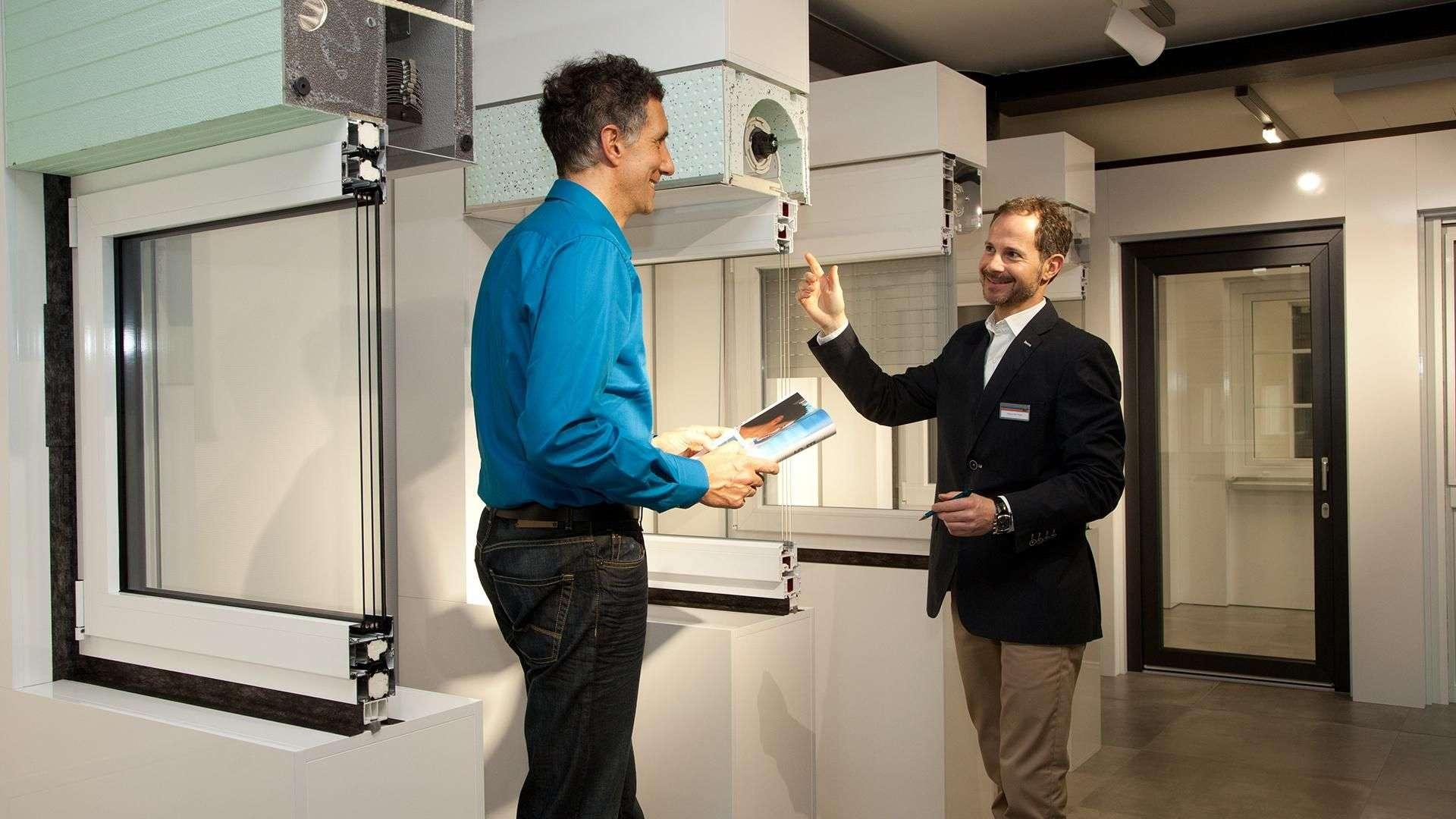Mann wird von Höfler-Mitarbeiter in deren Ausstellung in Linsengericht zum Thema Fenster beraten