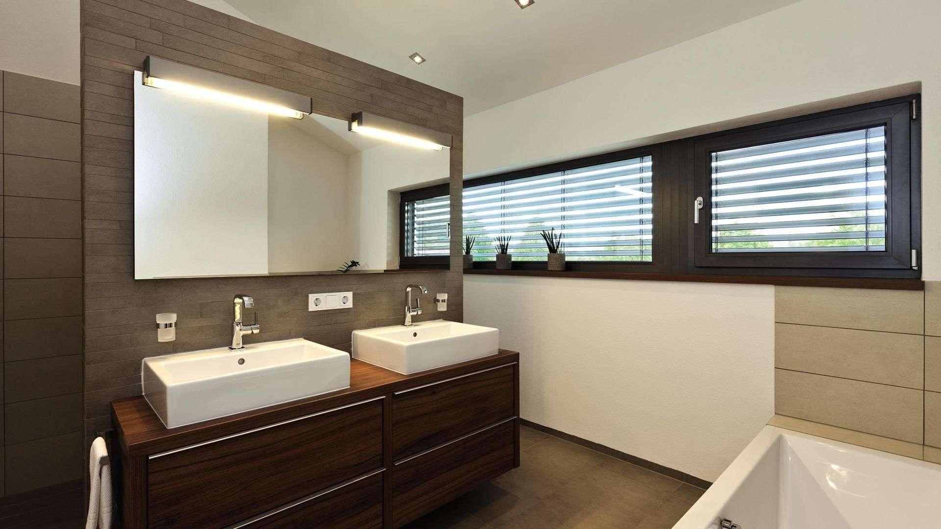 Badezimmer mit schmalen langen Fenstern mit Sonnenschutz-Rollos