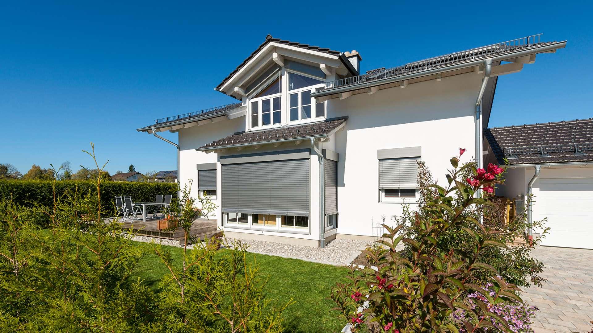 modernes Haus mit Sonnenschutz-Rollos vor den Fenstern
