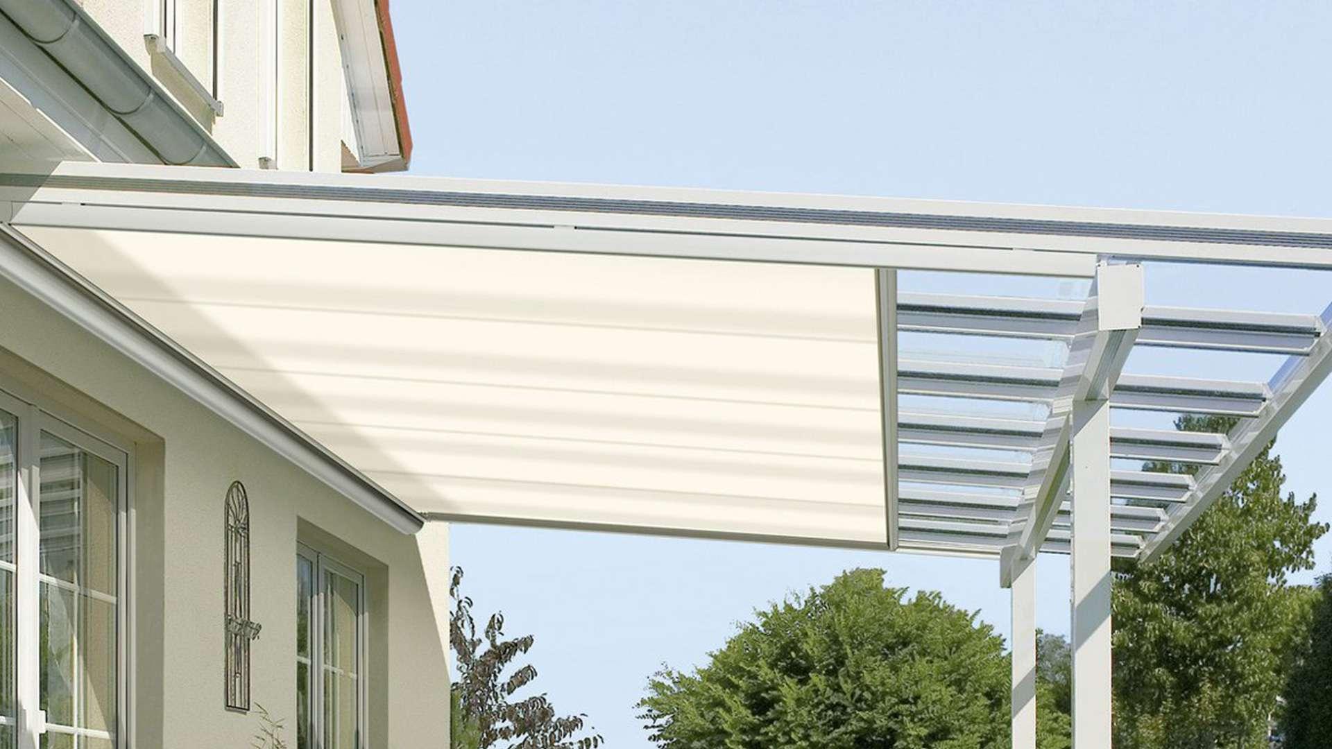 Terrassendach mit Unterglasmarkise an einem Wohnhaus