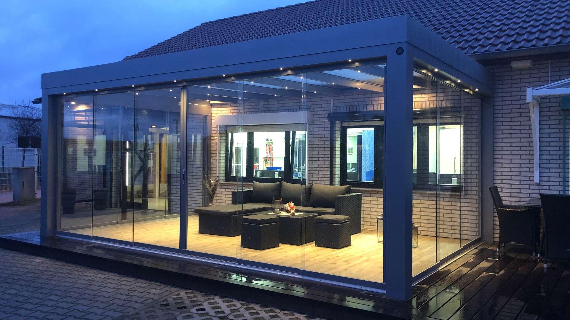 SDL Acubis Terrassendach in der Außenausstellung von Knobloch in Gardelegen bei Nacht
