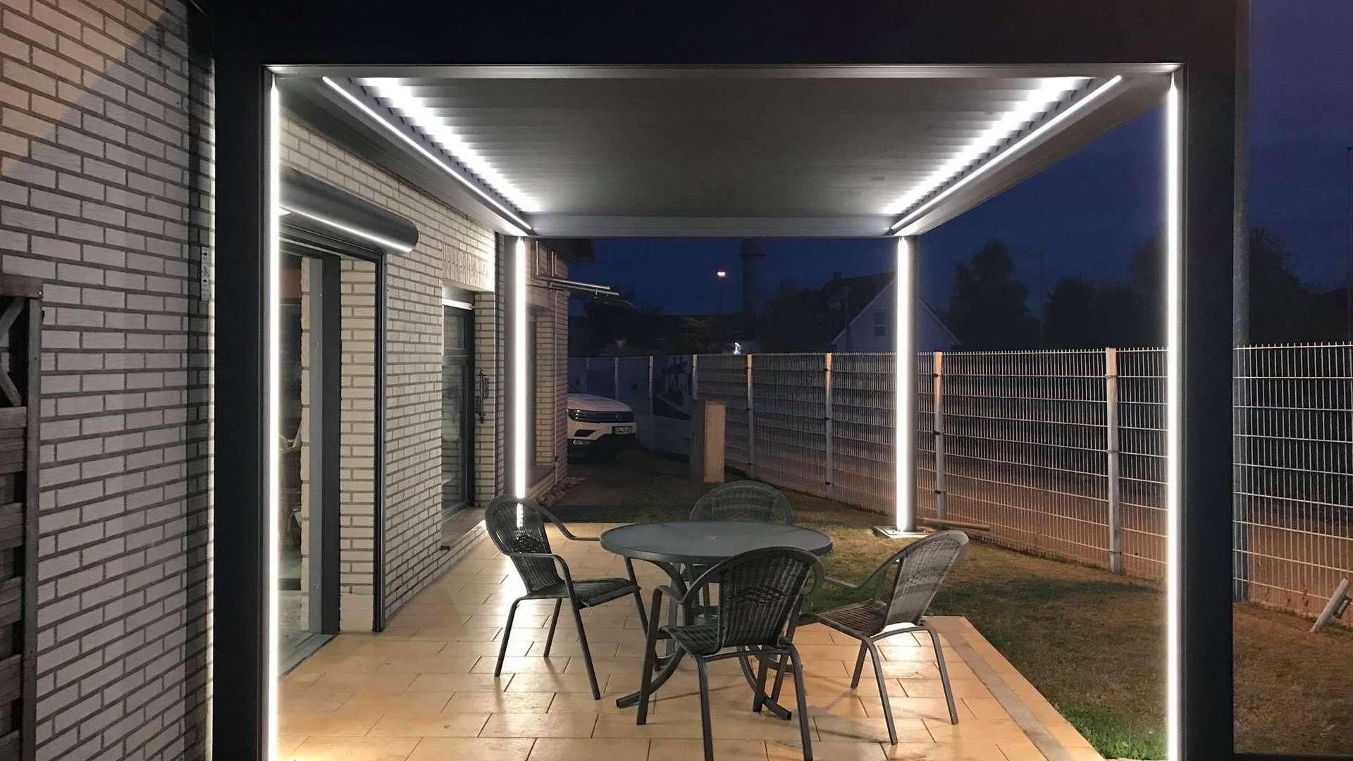 Lamaxa Lamellendach in der Außenausstellung von Knobloch in Gardelegen bei Nacht