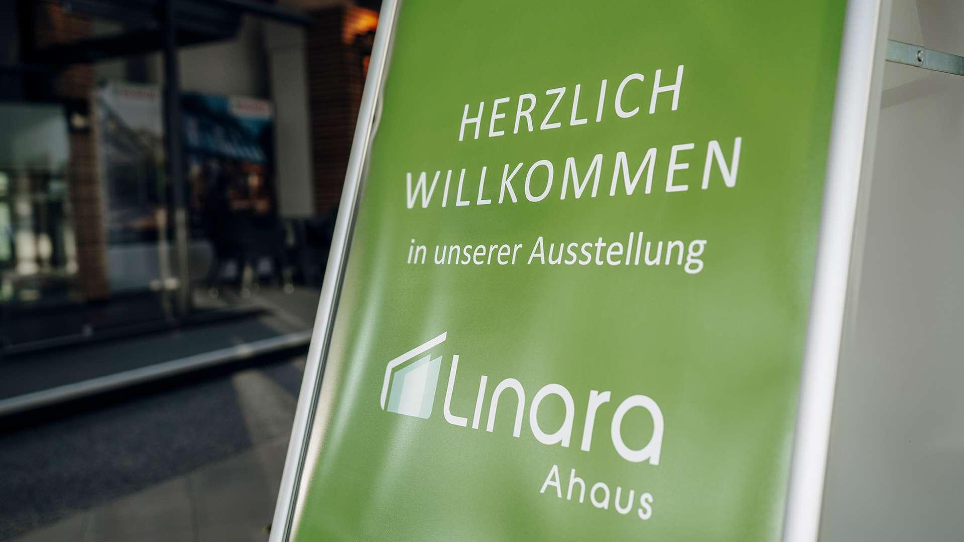 Willkommens-Schild in der Ausstellung von Linara Ahaus in Ahaus