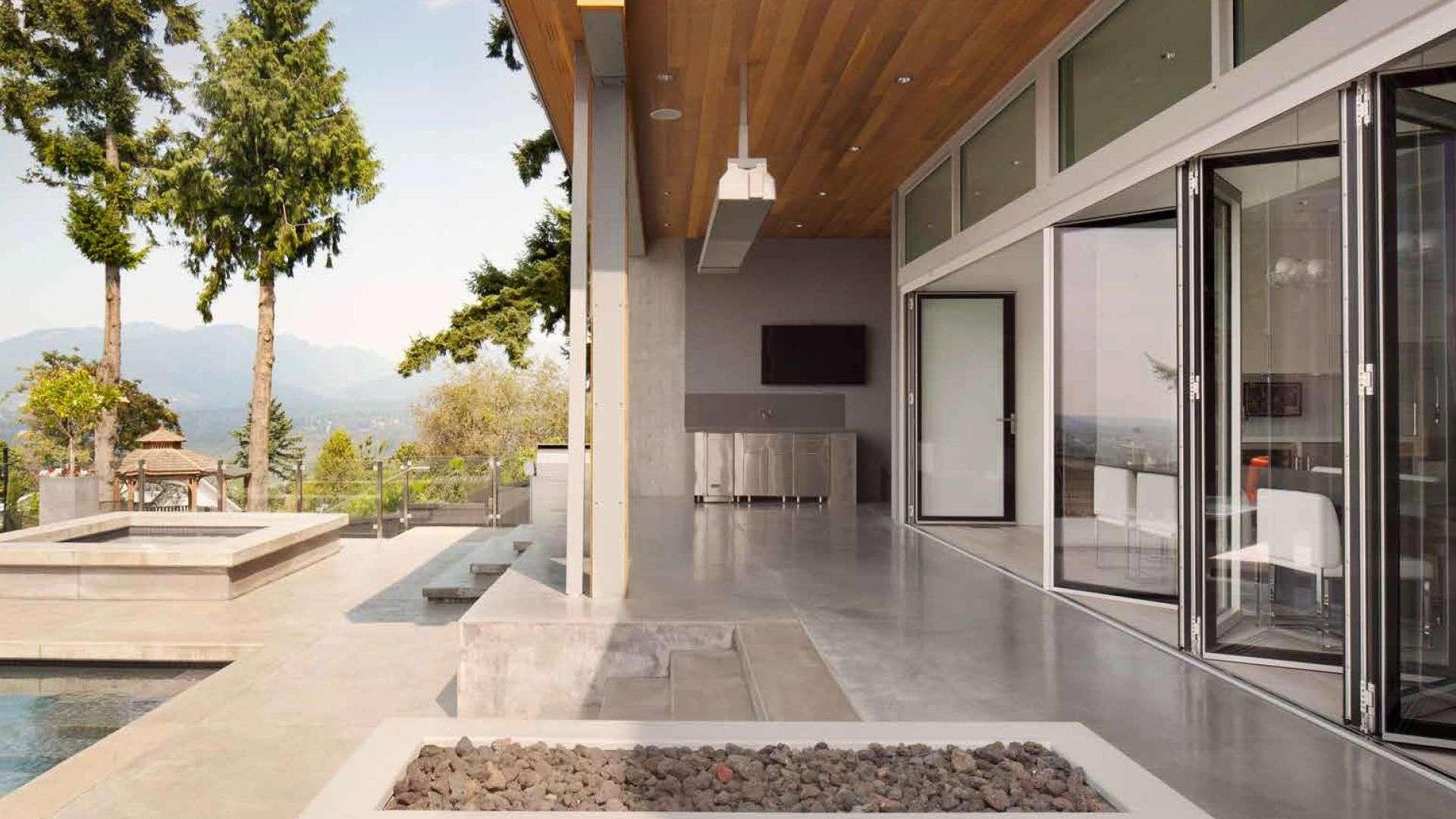offene Glas-Faltwand zu einer Terrasse mit Pool