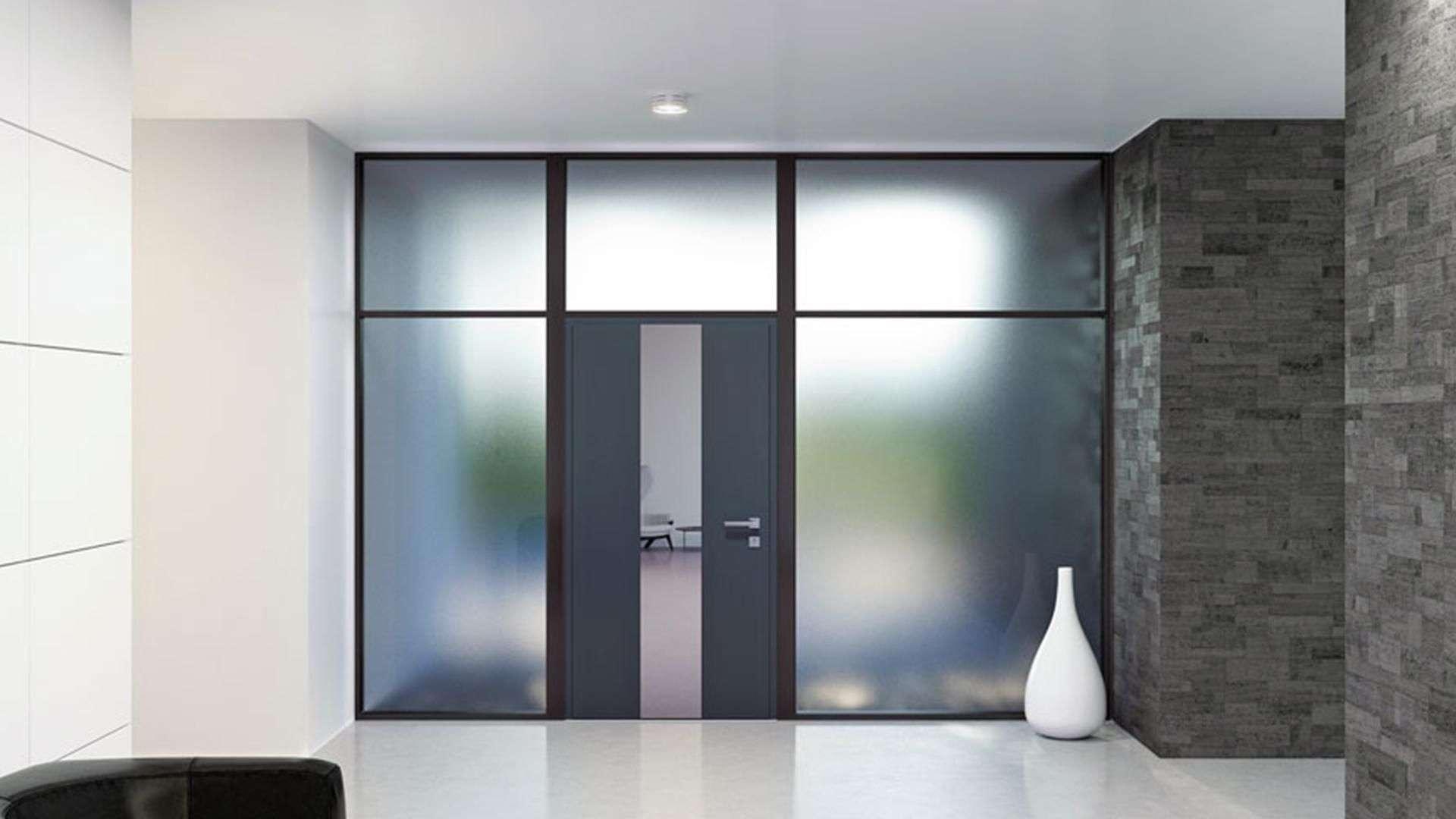 Haustür in einer Glaswand