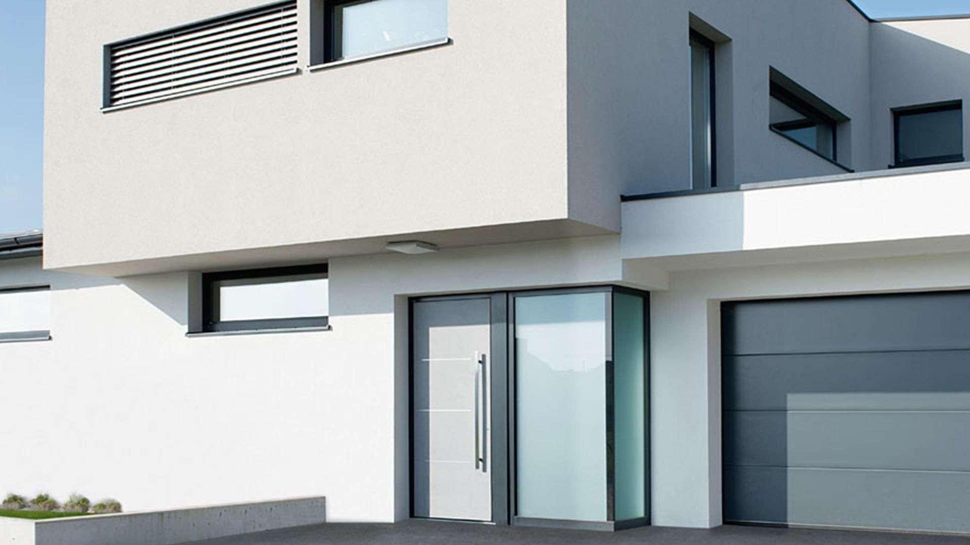 modernes Wohnhaus mit großen Fenstern