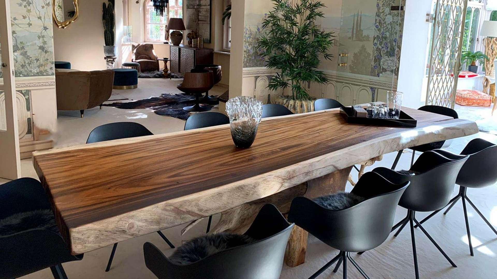 großer Picassi Esstisch in einer mediterranen Wohnungseinrichtung