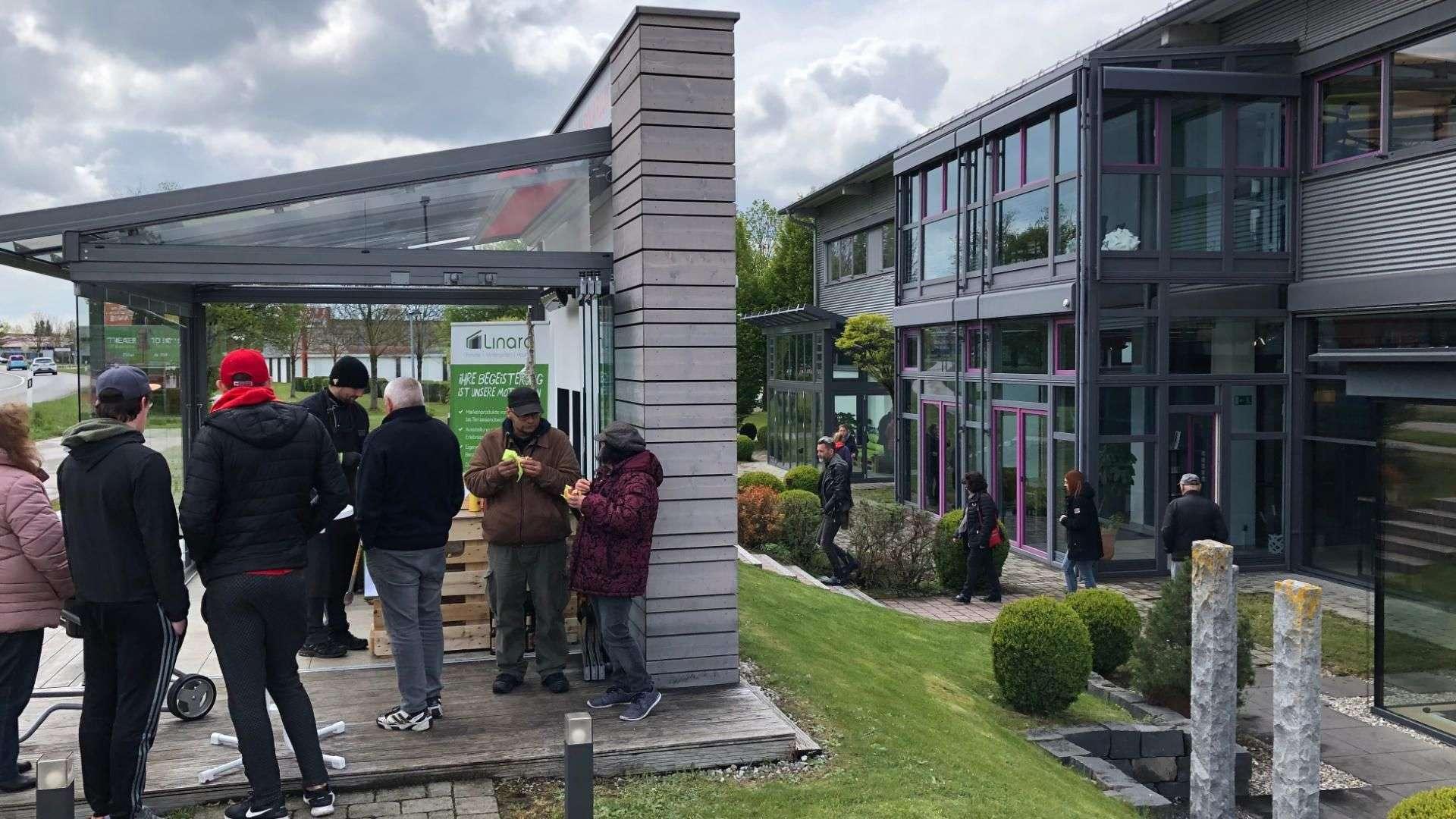 viele Besucher in der Außenausstellung von Linara in Kaufbeuren