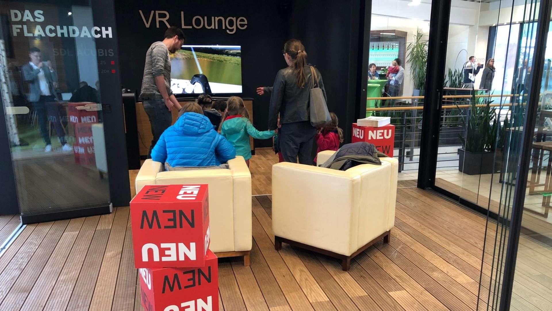 Familie in der VR Lounge in der Ausstellung von Linara in Kaufbeuren