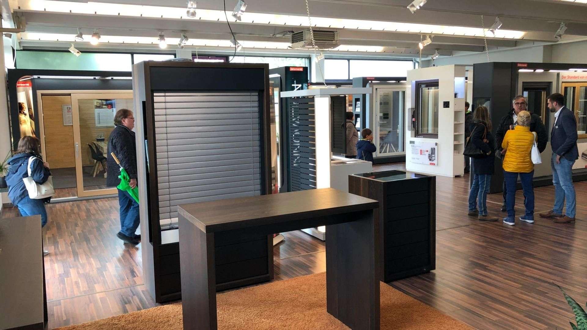 Besucher in der Ausstellung von Linara in Kaufbeuren