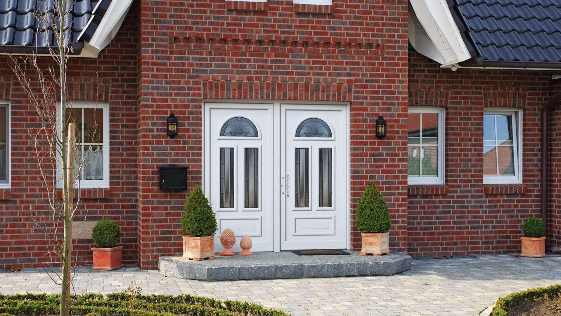 Kompotherm Haustür im Dürer-Design in einem Haus mit rotem Klinker