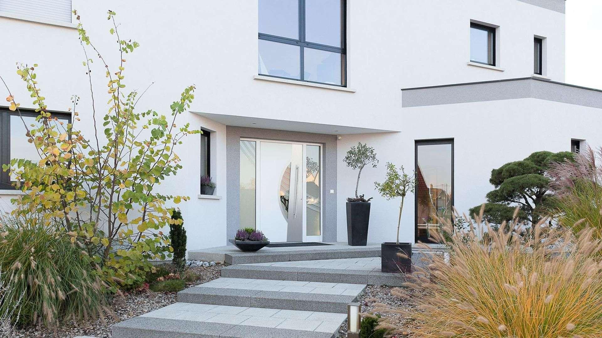 Kompotherm Haustür im E-Design ein einem weißem Haus
