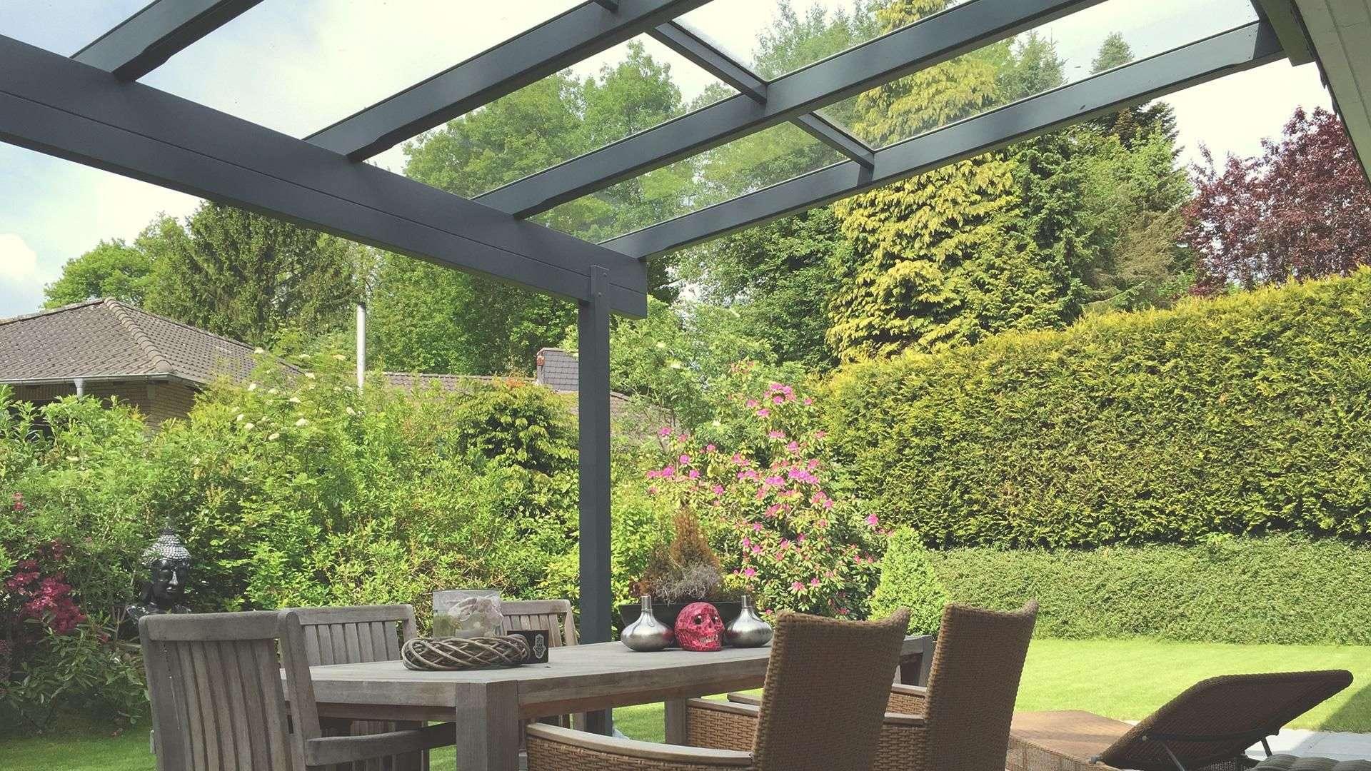 Innenansicht eines Terrassendaches mit Blick in den Garten
