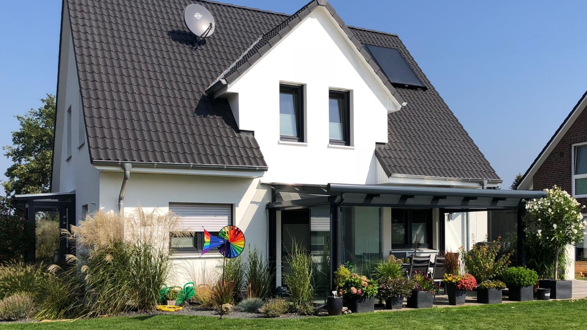 Terrassendach an einem Neubau mit Garten
