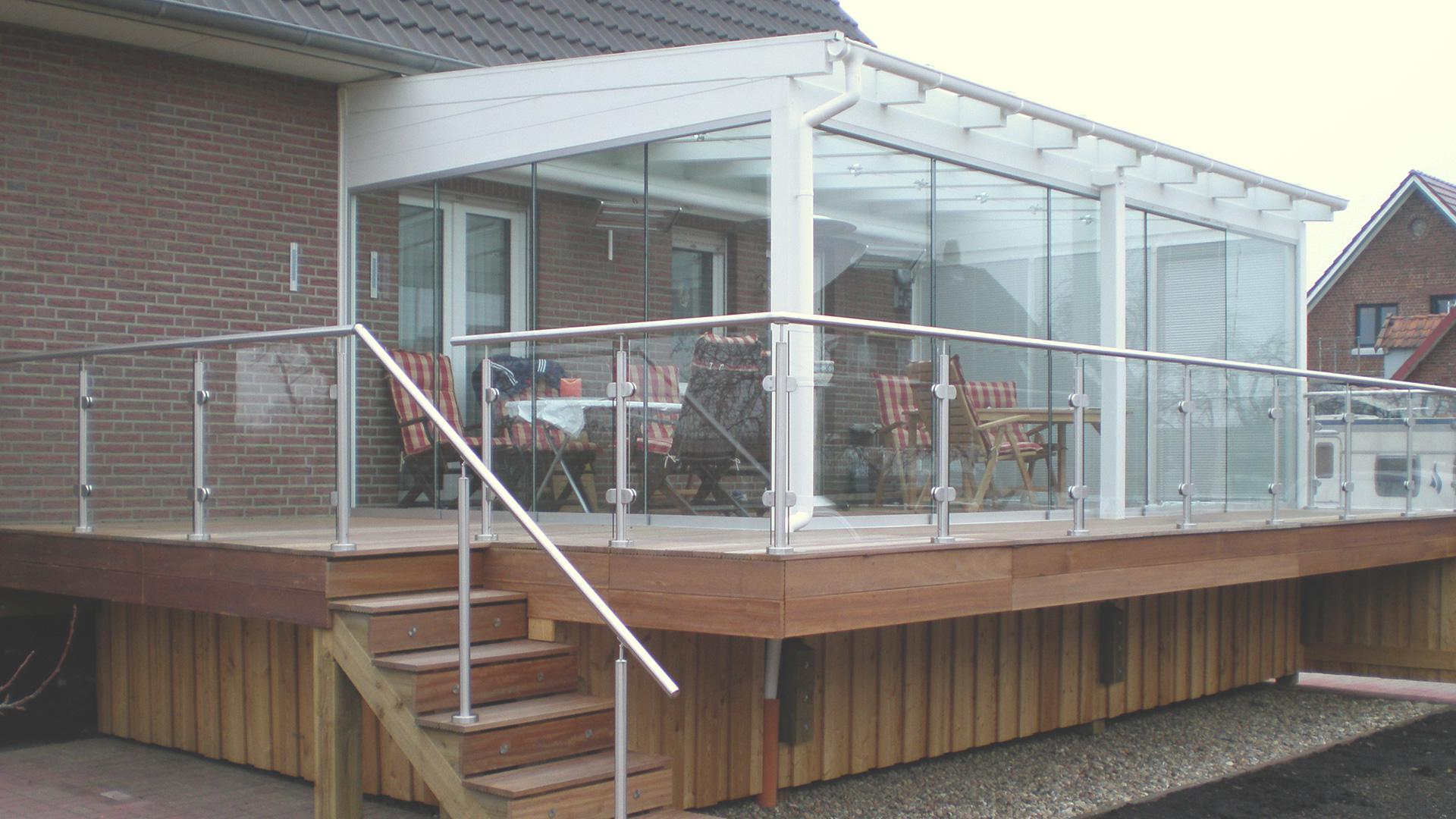 weißes Glashaus auf einer Terrasse an einem Wohnhaus