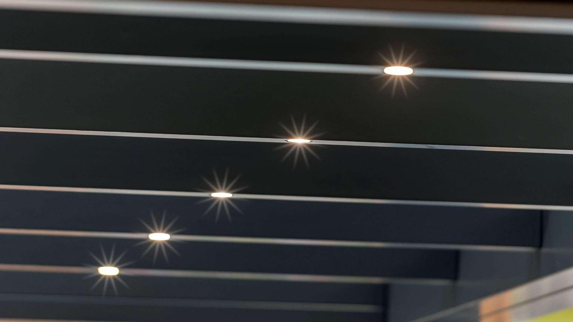 Nahansicht der LED-Beleuchtung in den Dachsparren